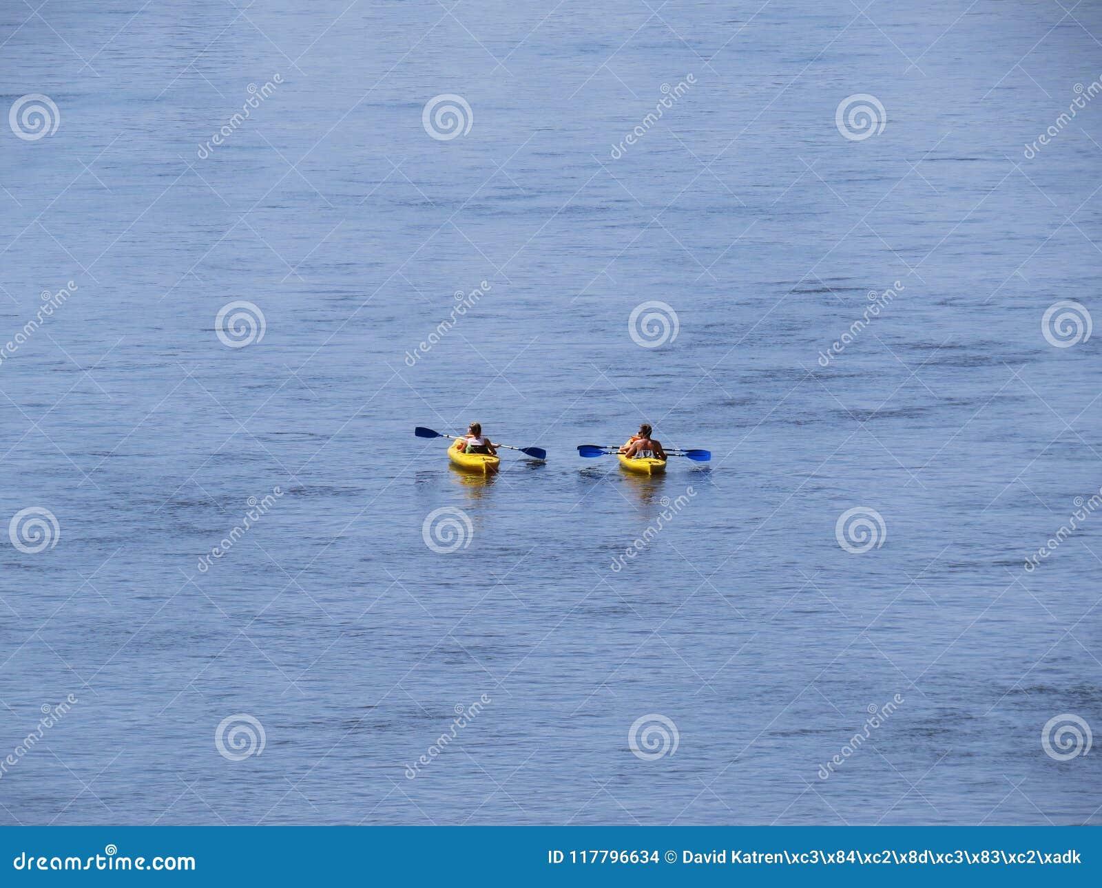 Famille Kayaking sur deux kayaks sur la rivière chez Sun