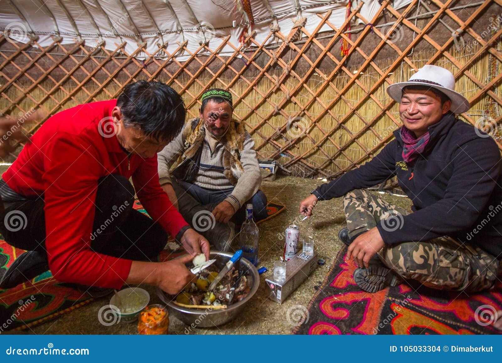 Famille kazakh des chasseurs avec les aigles d or à l intérieur du Yurt mongol Dans Bayan-Olgii la province est peuplée principal