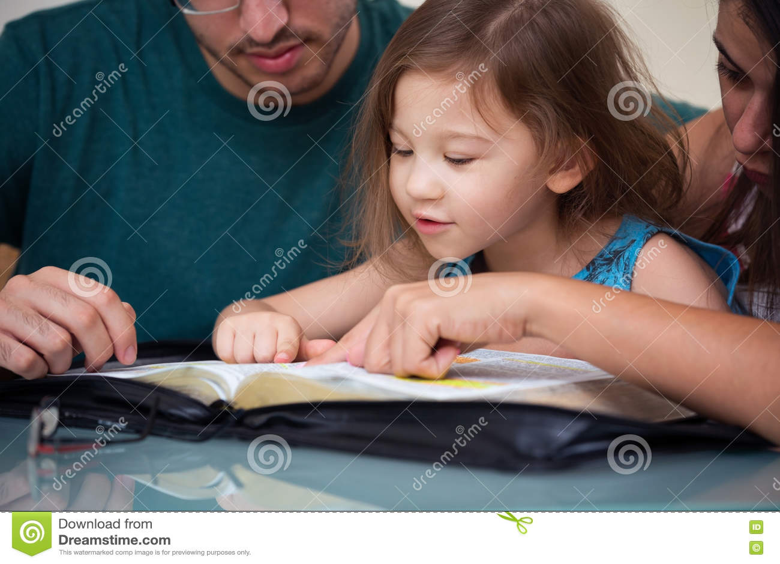 Famille lisant la bible ensemble