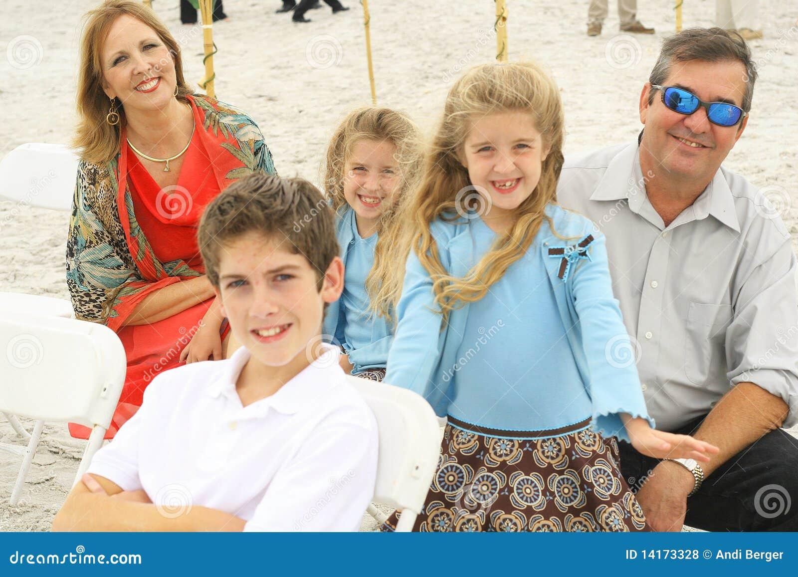 Famille magnifique heureux à la plage