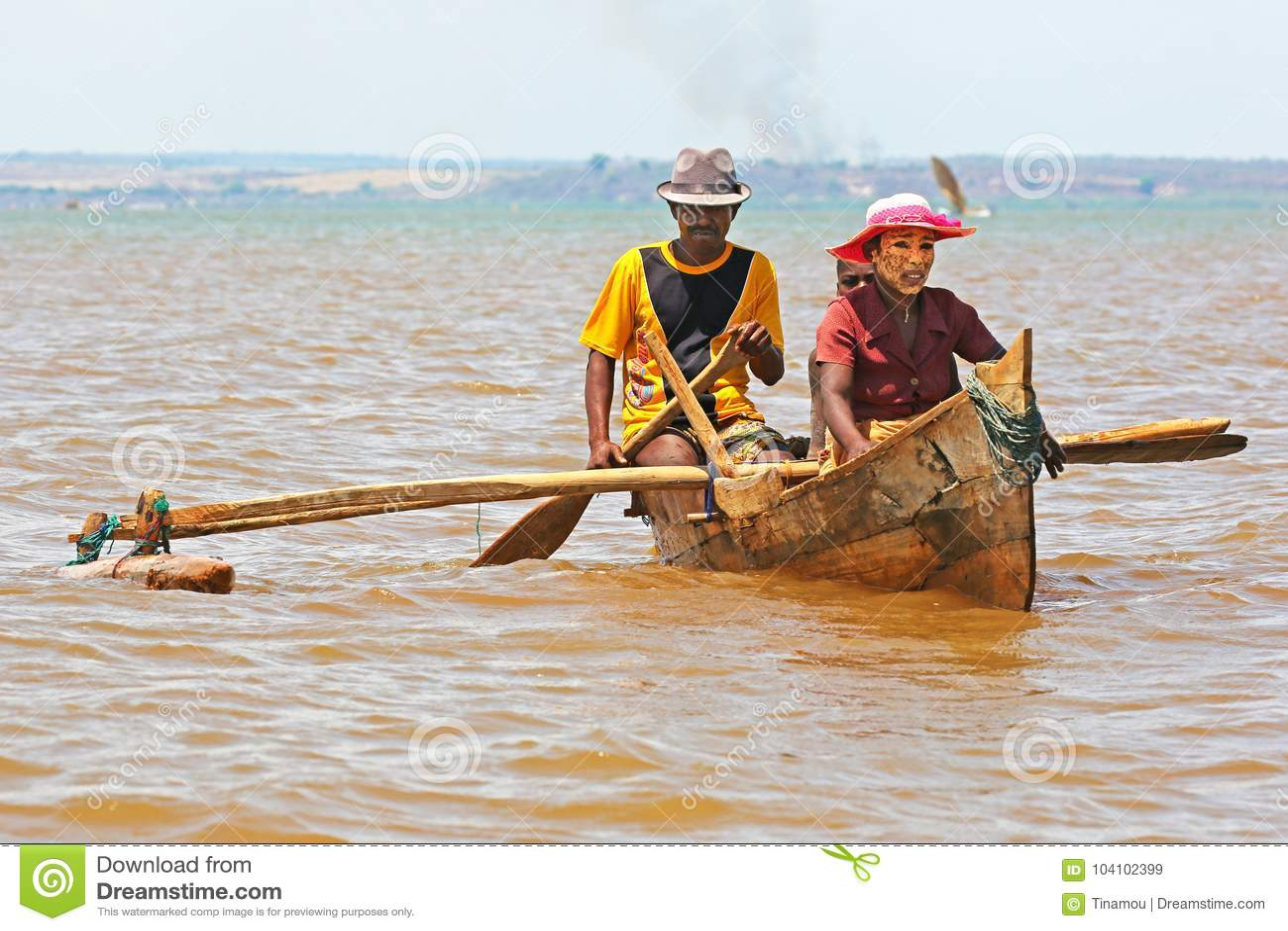 Famille malgache dans un petit bateau à rames