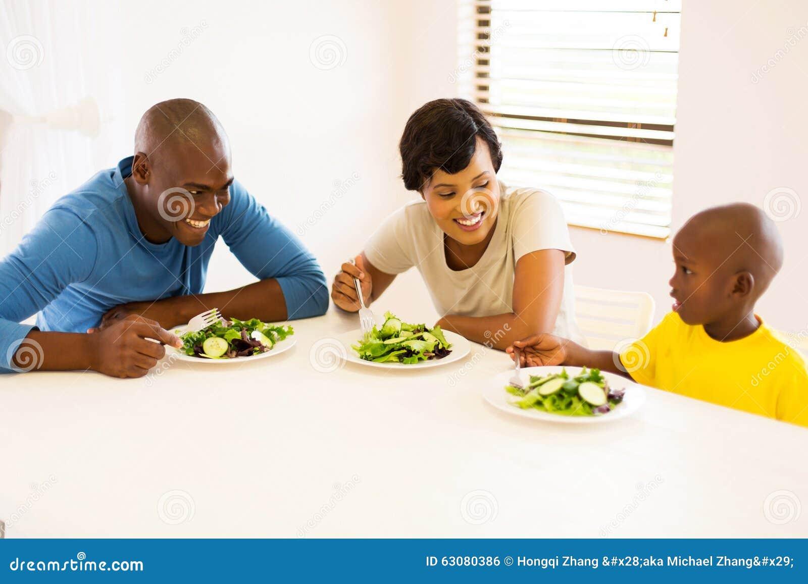 Download Famille mangeant le repas photo stock. Image du marié - 63080386