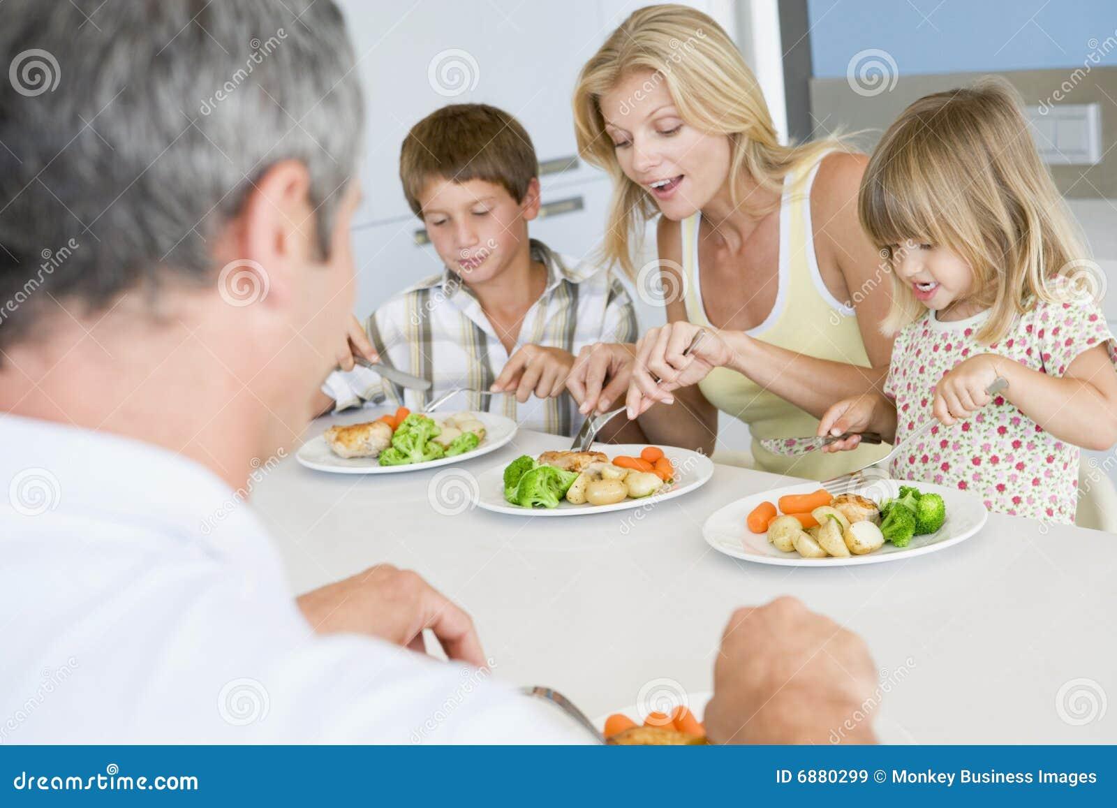 Famille mangeant le repas d 39 a mealtime ensemble image for Idee repas convivial en famille