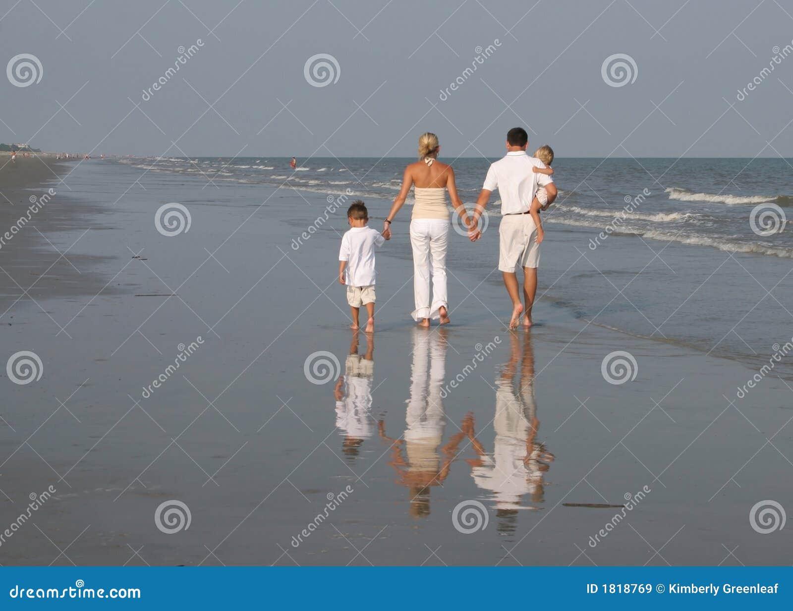Famille marchant à la plage