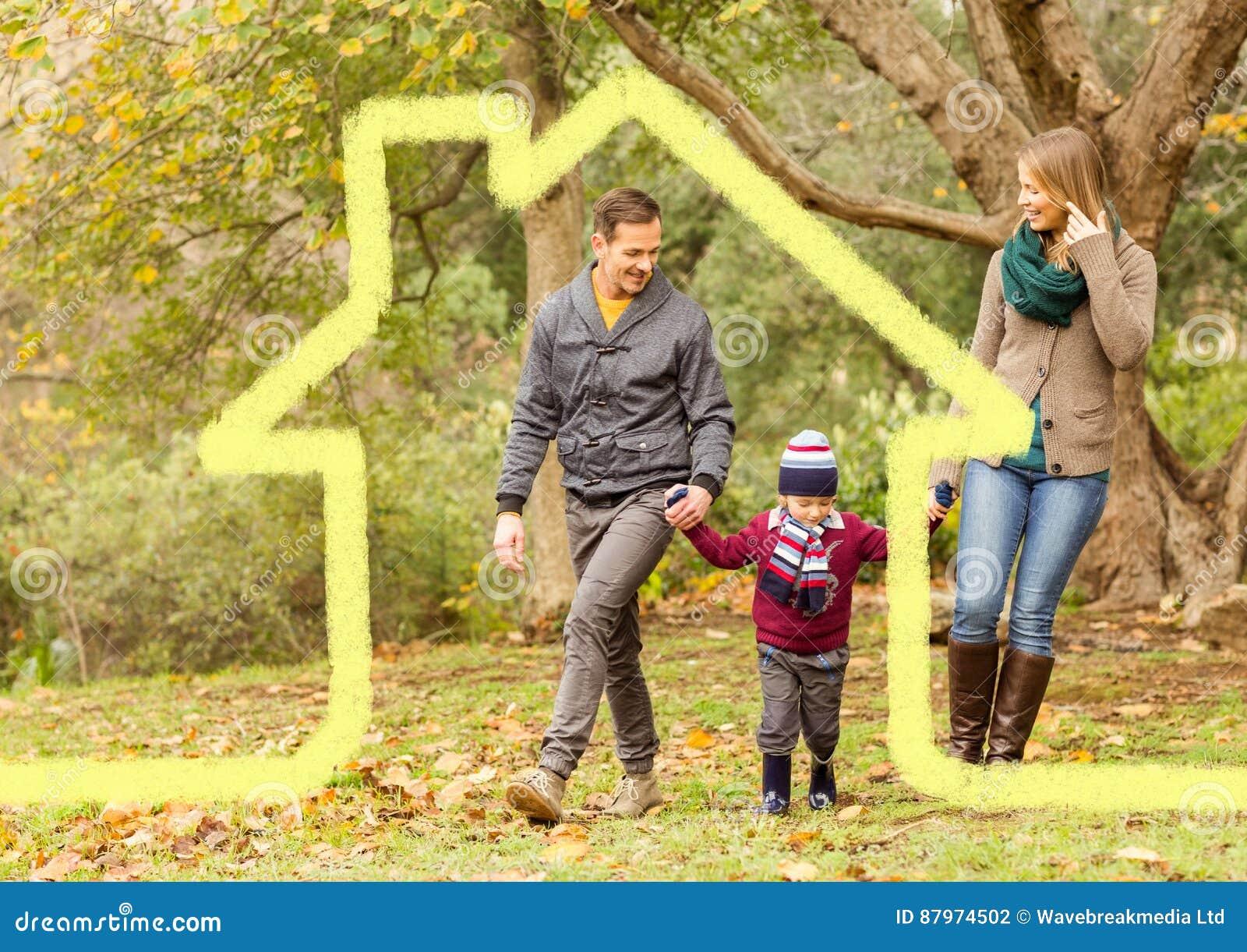 Famille marchant dans la forêt avec le contour à la maison