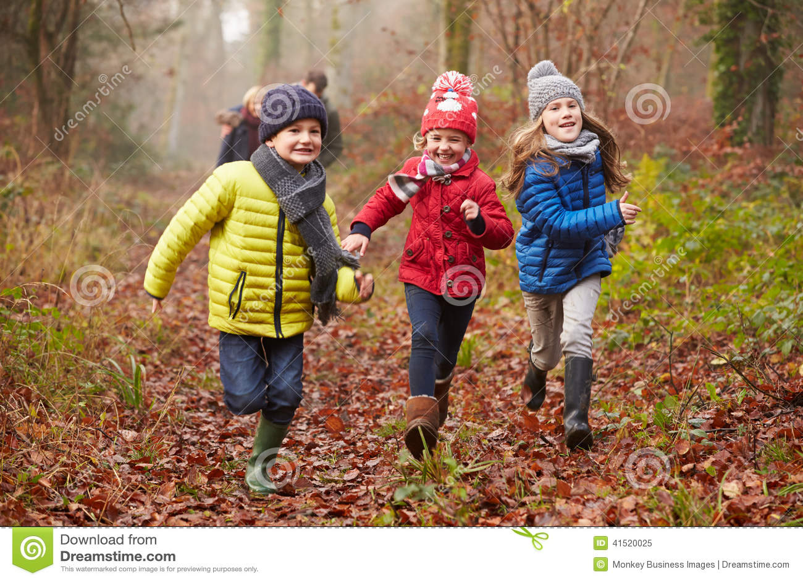 Famille marchant par la région boisée d hiver