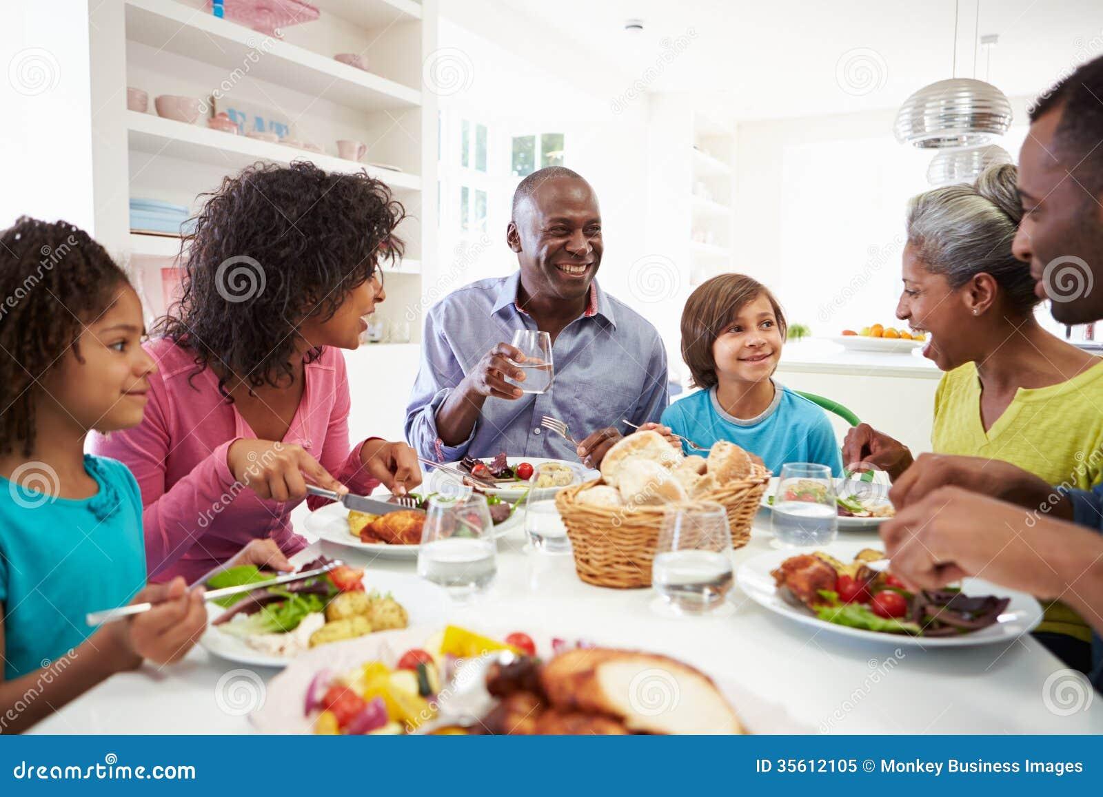 Famille multi d 39 afro am ricain de g n ration mangeant le for Repas entre amoureux maison