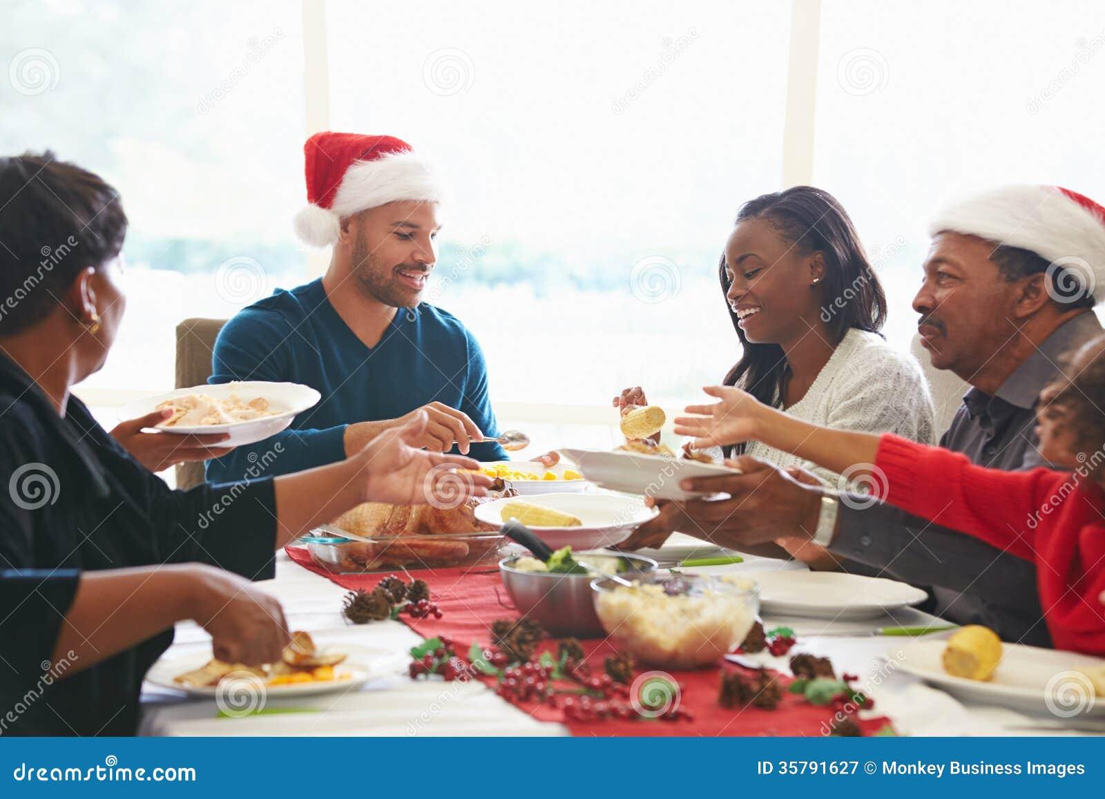Famille multi de génération appréciant le repas de Noël à la maison