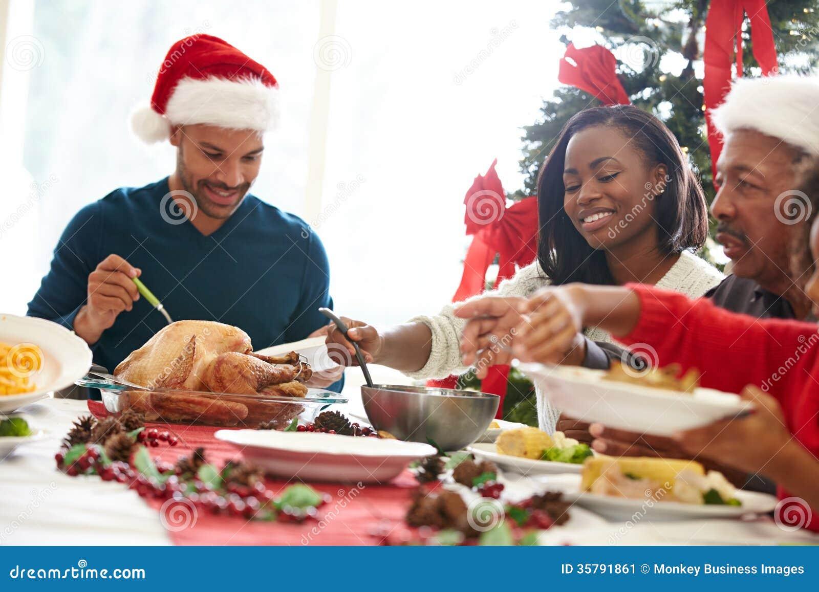 Famille multi de g n ration appr ciant le repas de no l for Idee repas convivial en famille