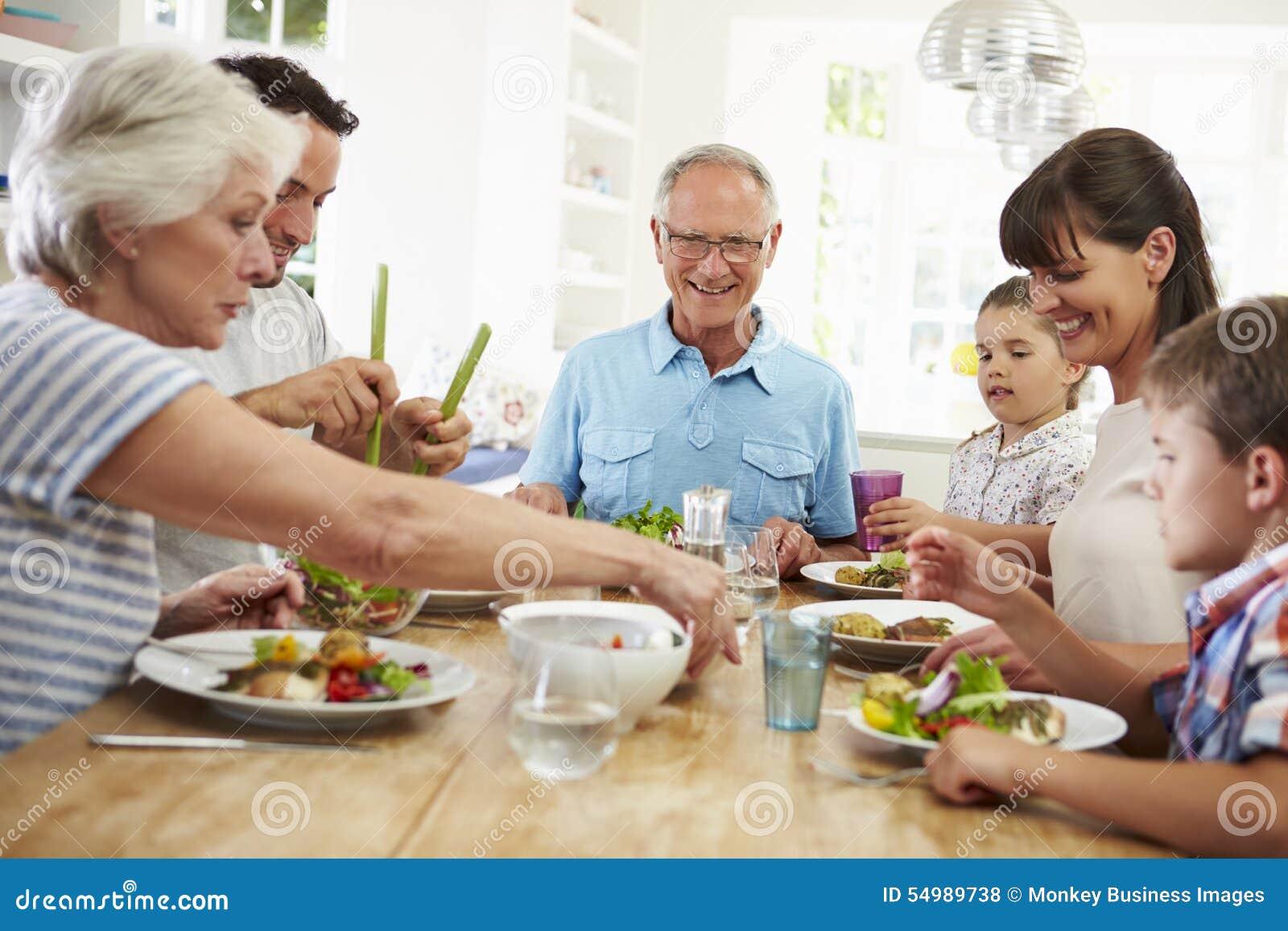 Famille multi de g n ration mangeant le repas autour de la for Cuisine maison de famille