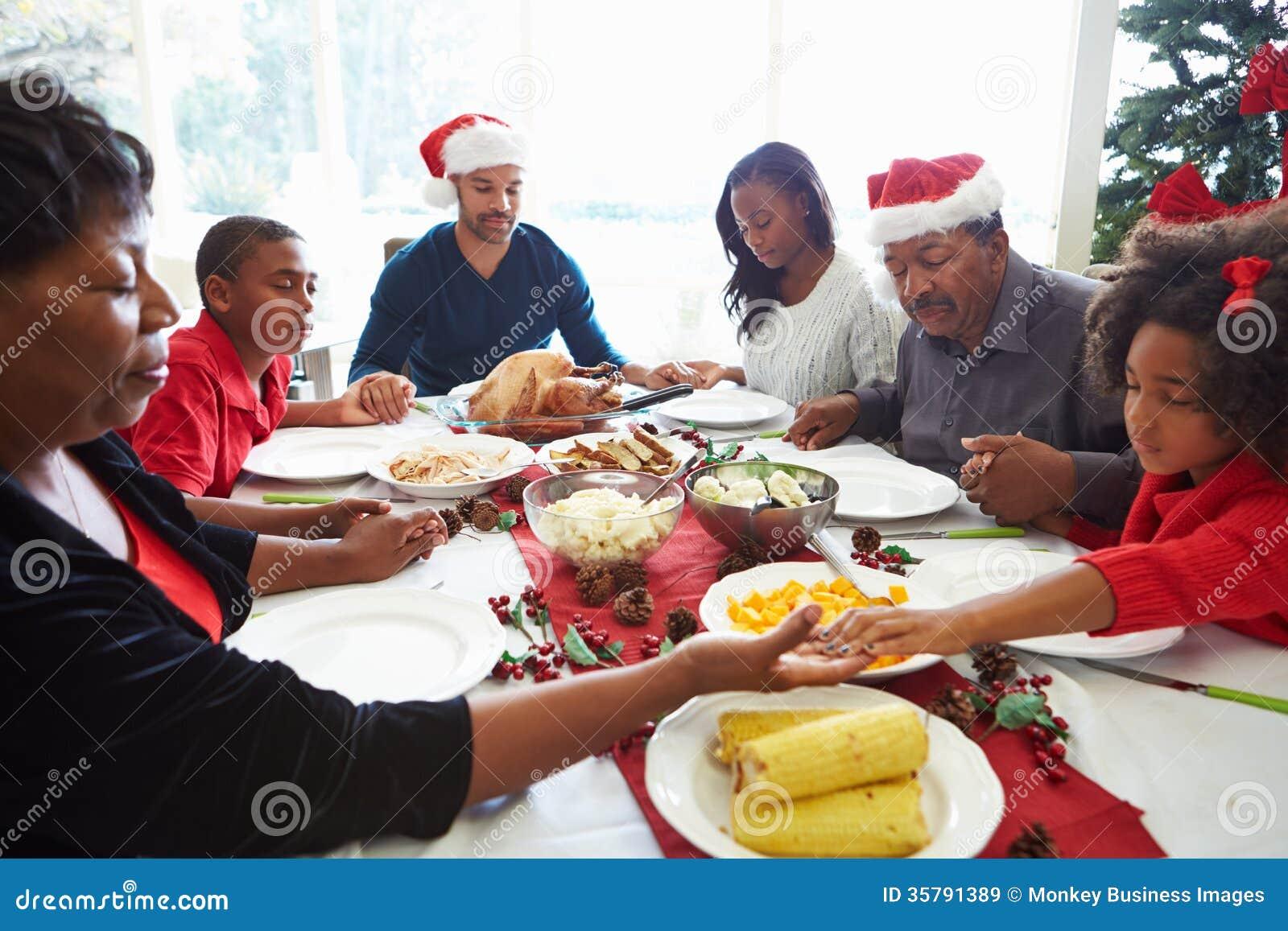 Famille multi de g n ration priant avant repas de no l - Repas de noel americain ...