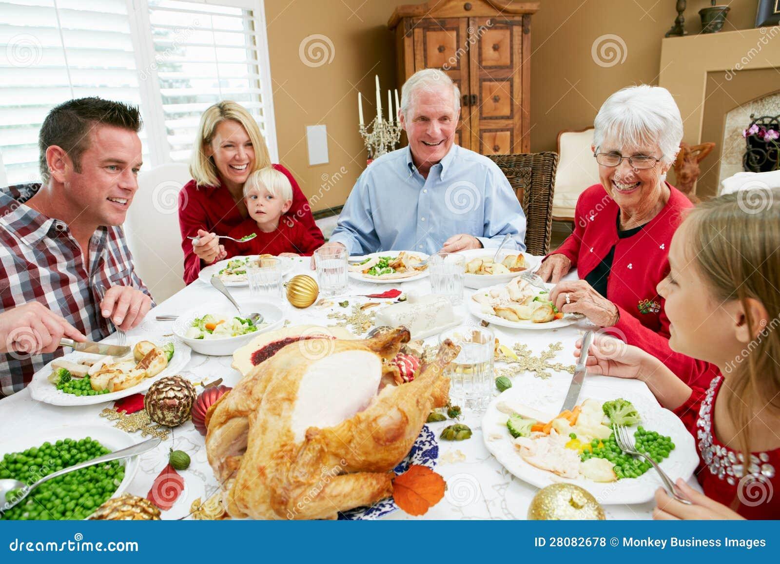 famille multi de r tablissement ayant le repas de no l photos libres de droits image 28082678. Black Bedroom Furniture Sets. Home Design Ideas
