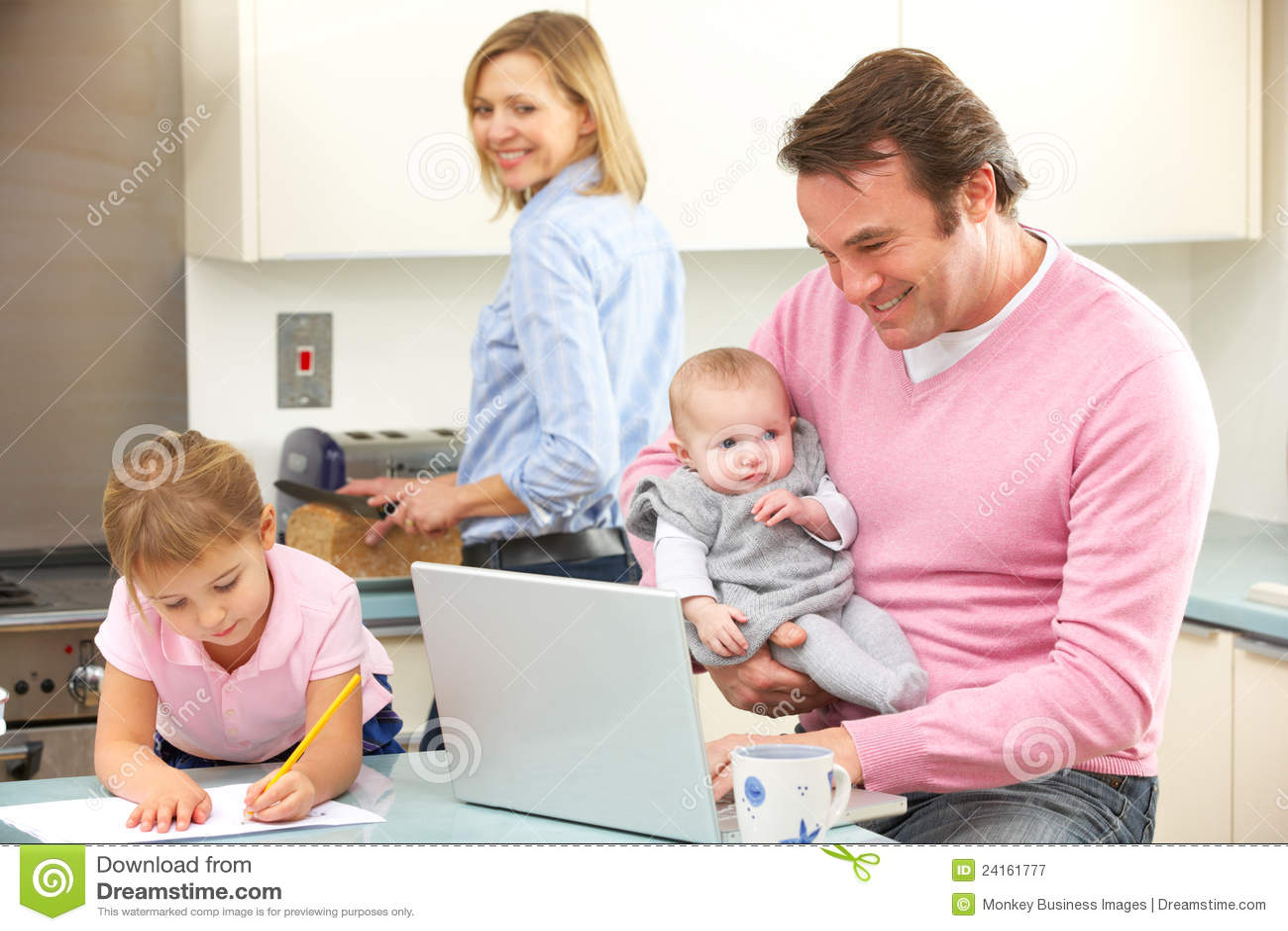 Famille occup ensemble dans la cuisine photographie stock - La cuisine de corinne ...