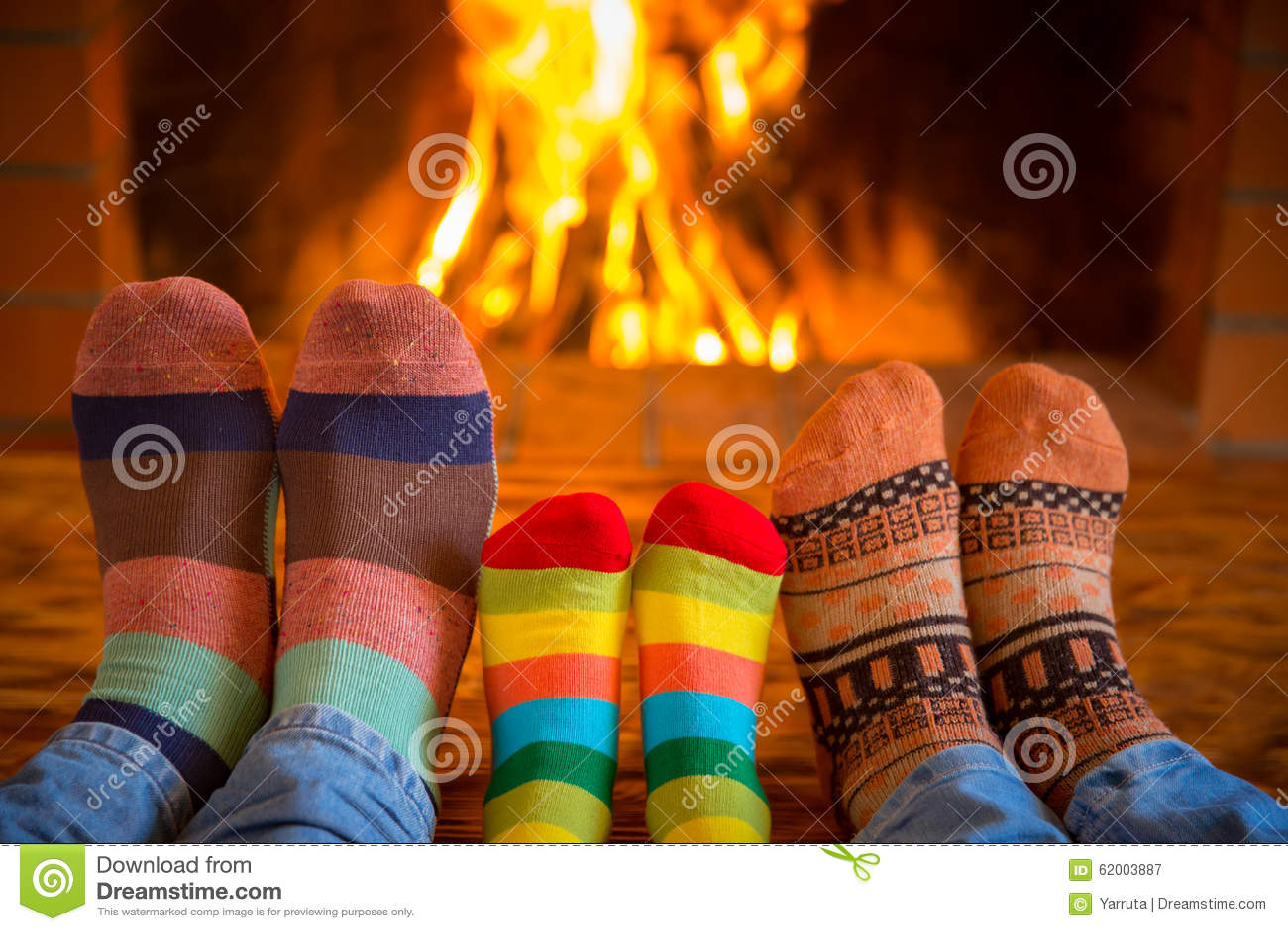 Famille près de cheminée