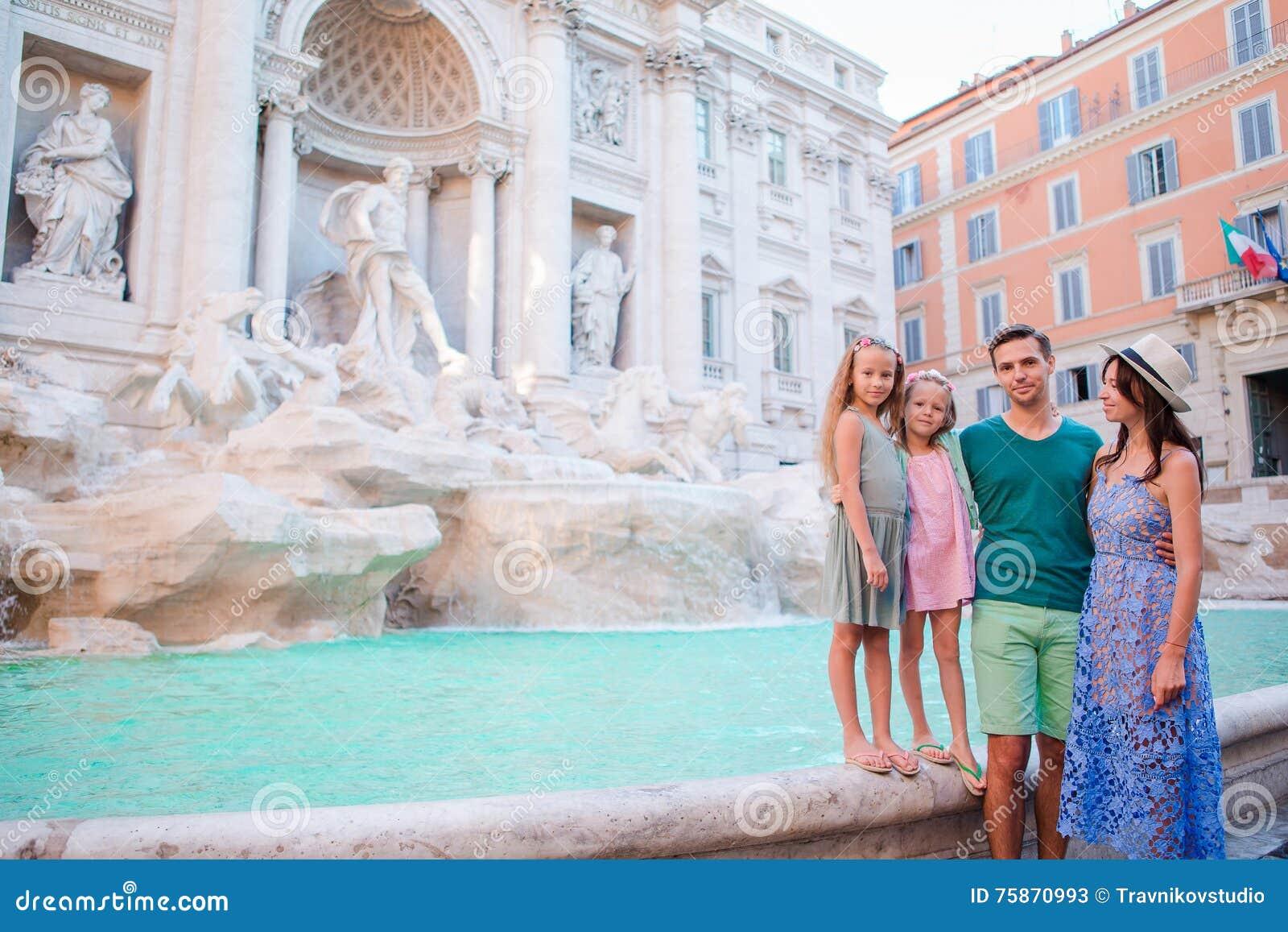 Famille près de Fontana di Trevi, Rome, Italie Les parents et les enfants heureux apprécient des vacances italiennes de vacances