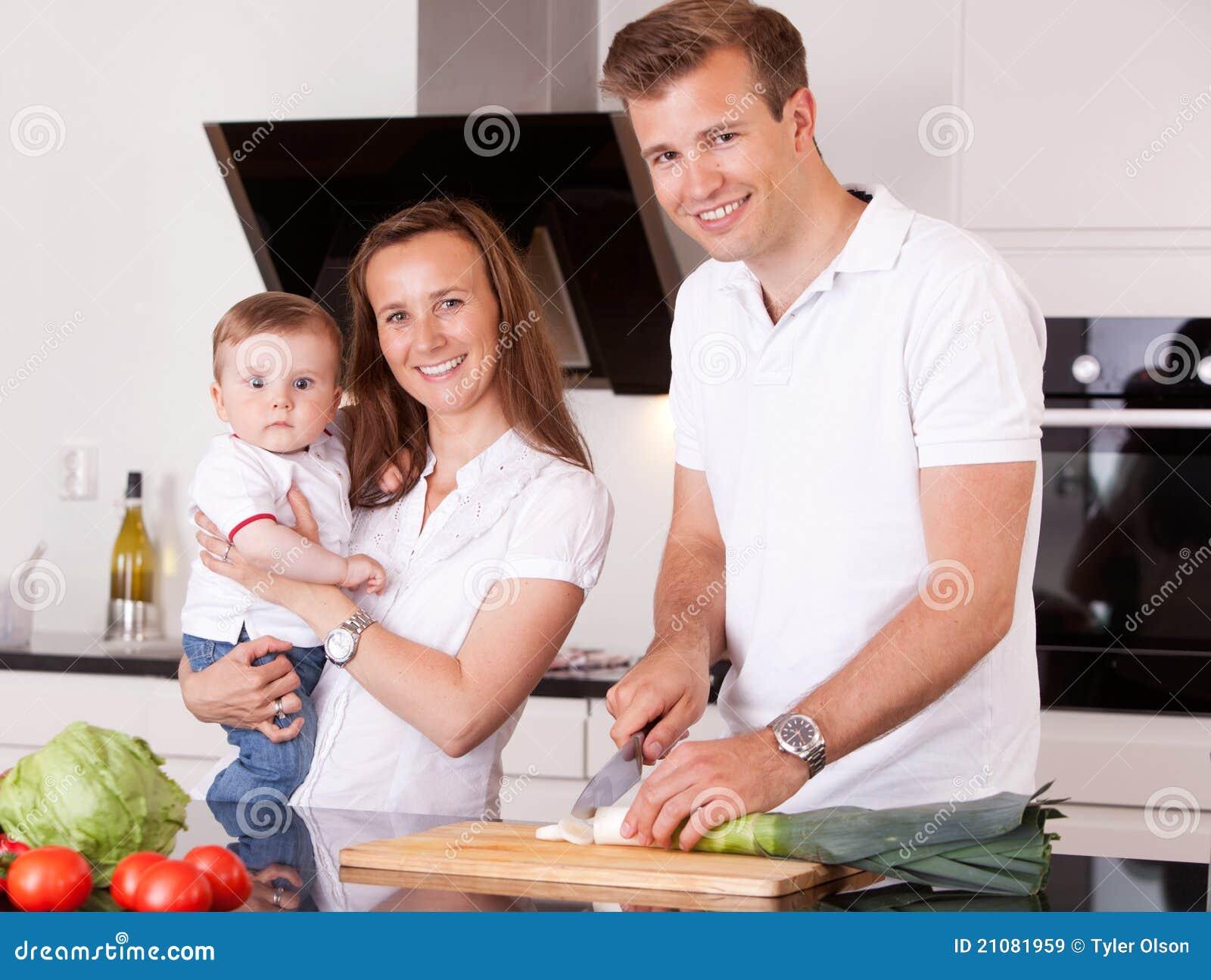 Famille préparant le repas