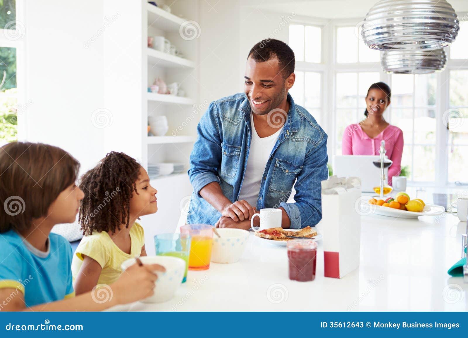 Famille prenant le petit déjeuner dans la cuisine ensemble
