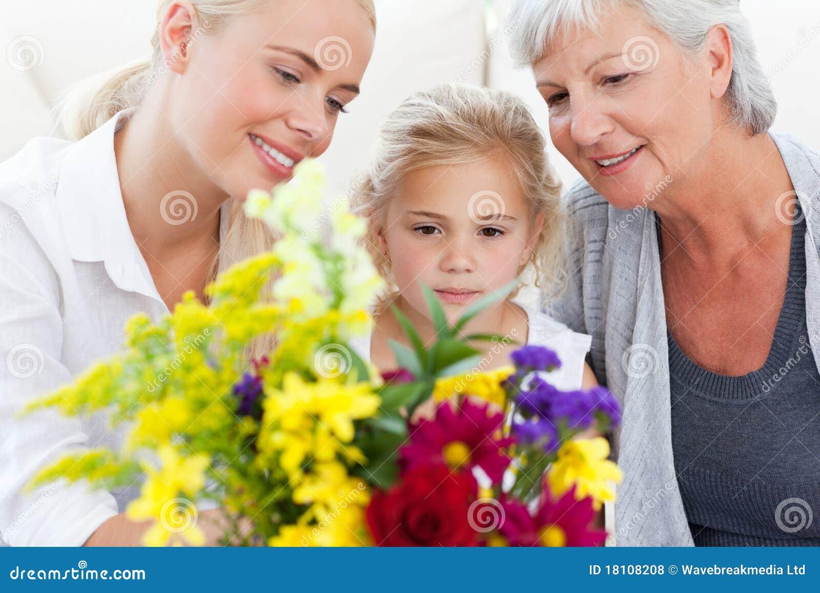 Famille radiant avec des fleurs