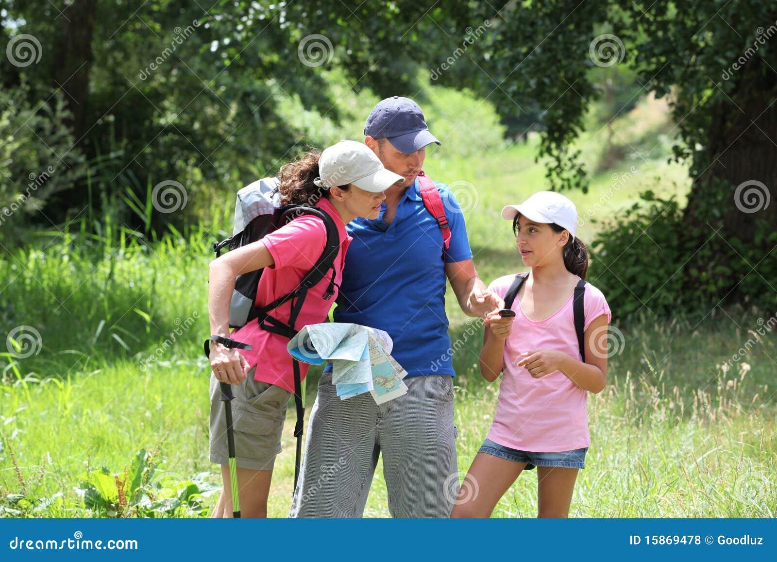 Famille rambling dans la campagne
