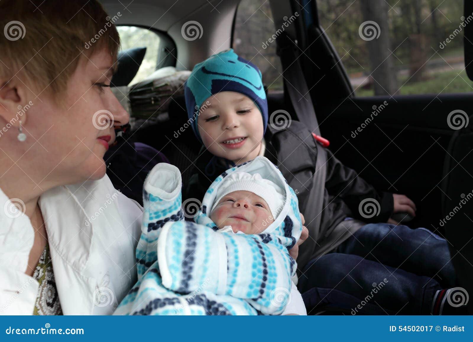 Famille regardant le bébé nouveau-né