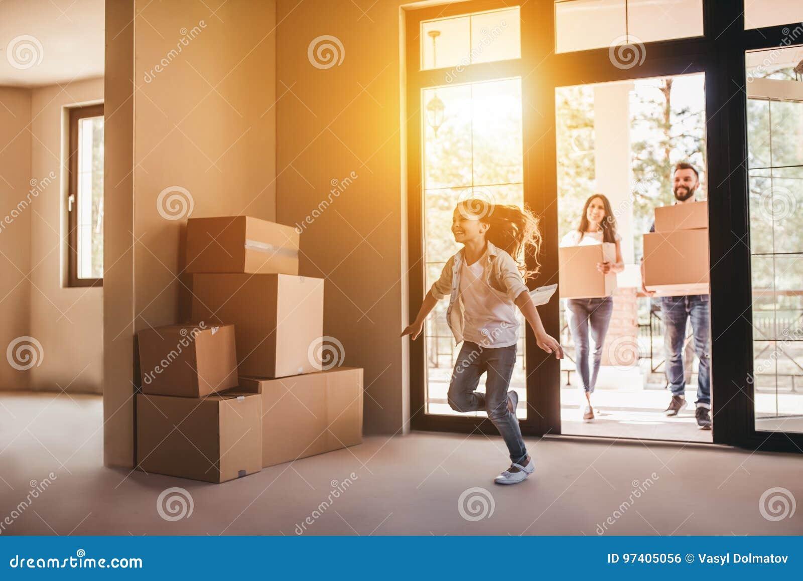 Famille se déplaçant la nouvelle maison