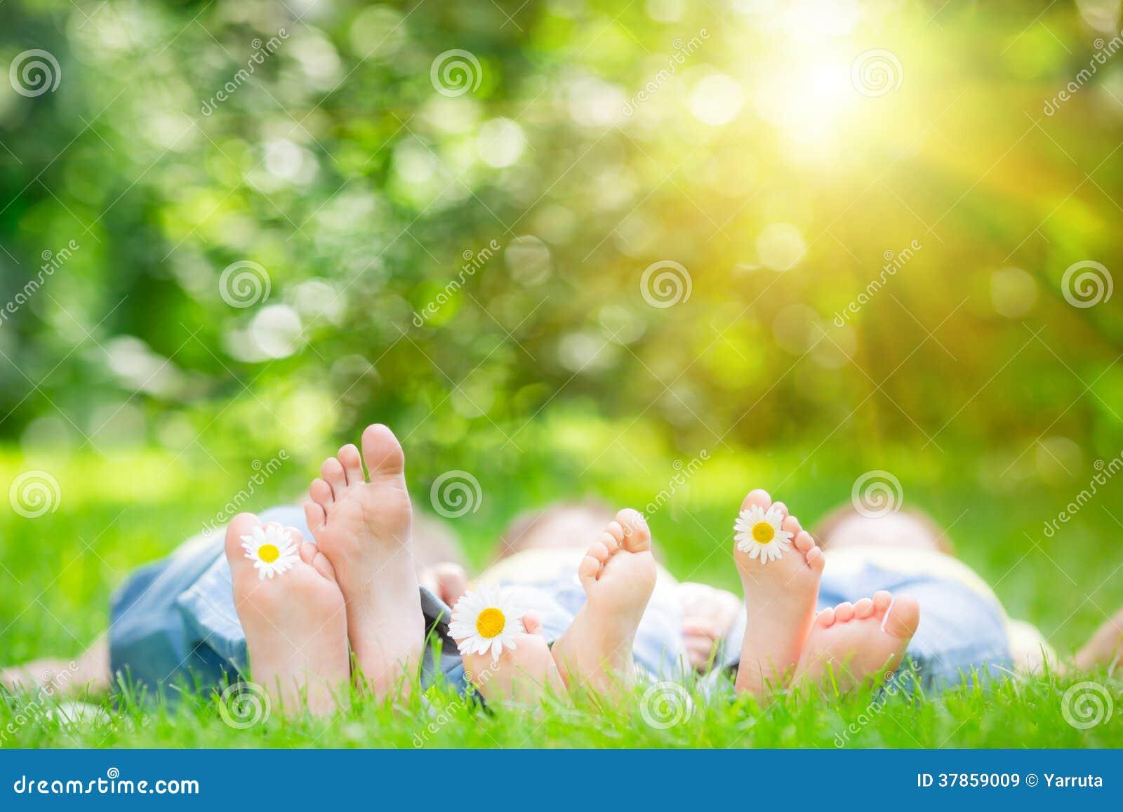 Famille se trouvant sur l herbe
