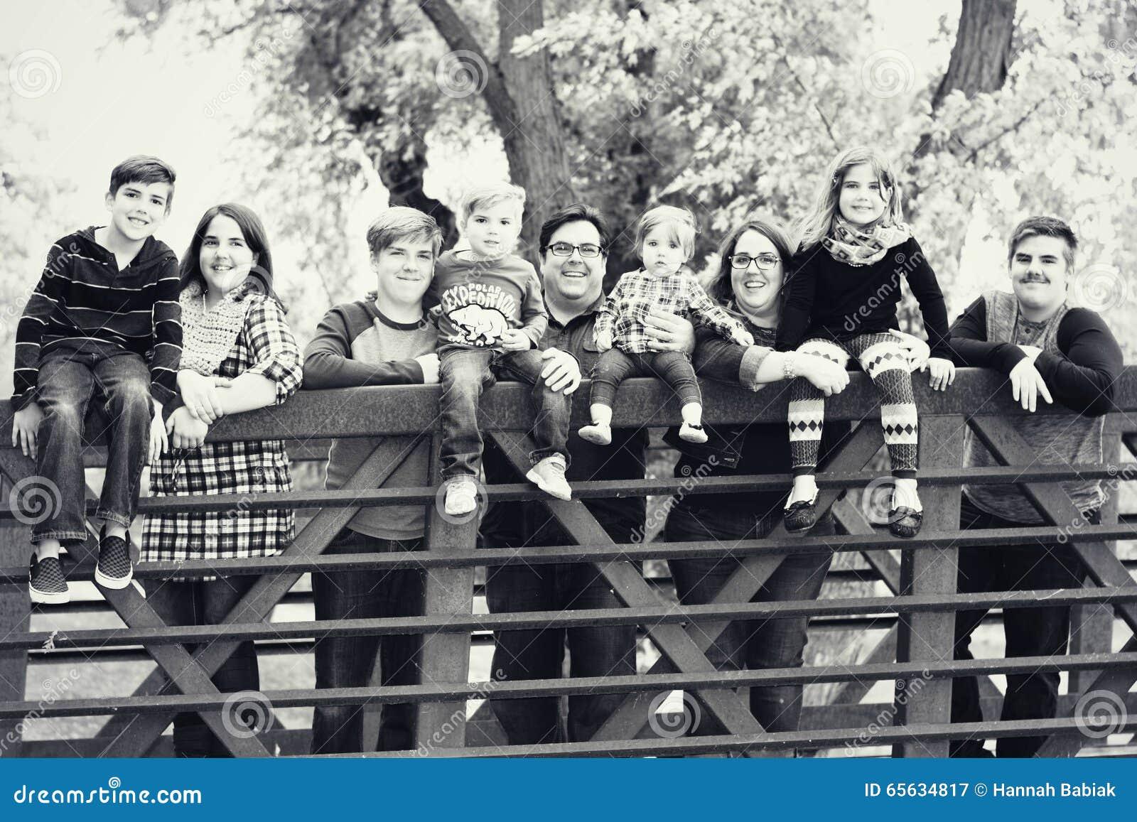Famille sur une passerelle