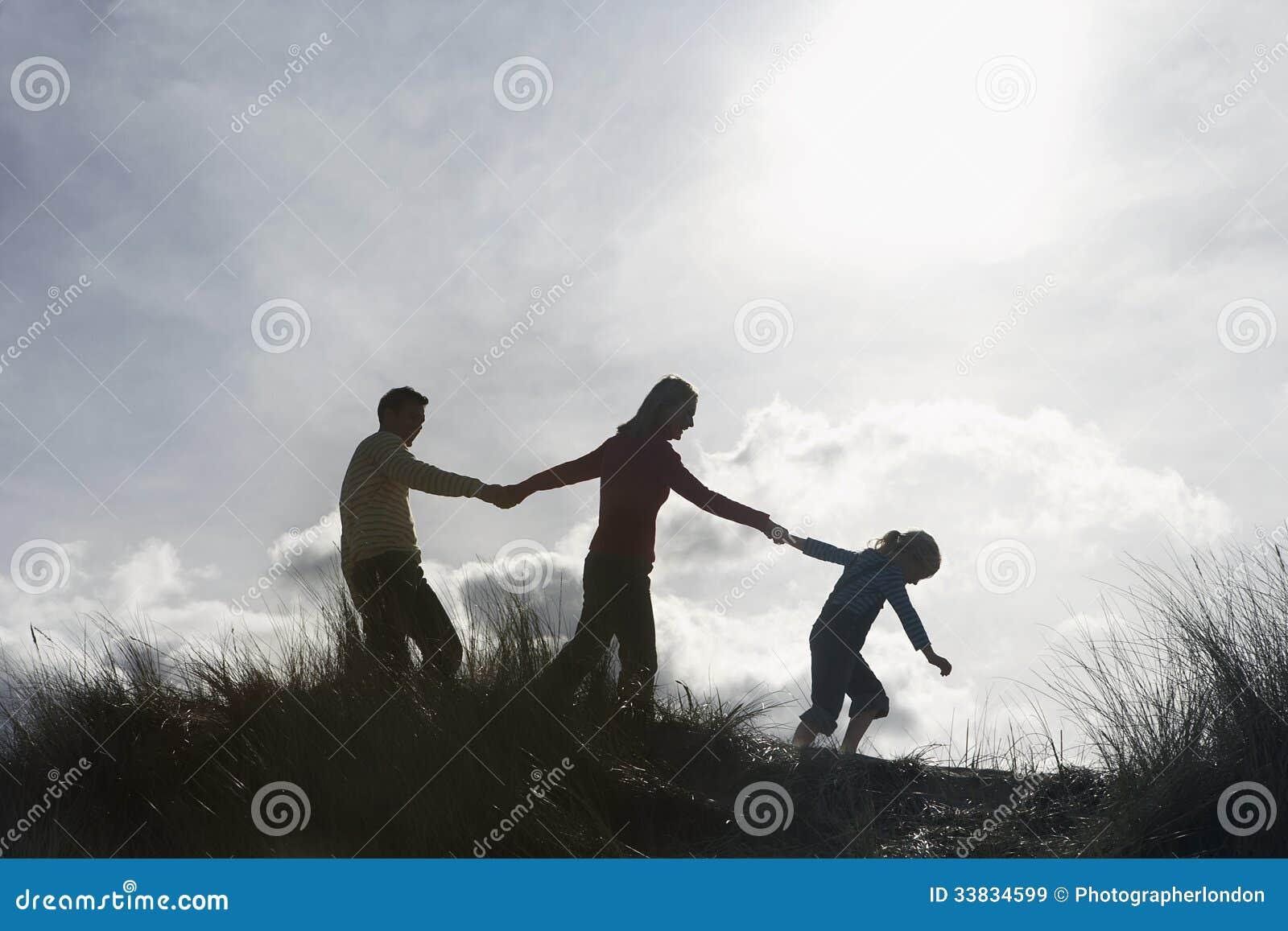 Famille tenant des mains tout en marchant sur la plage