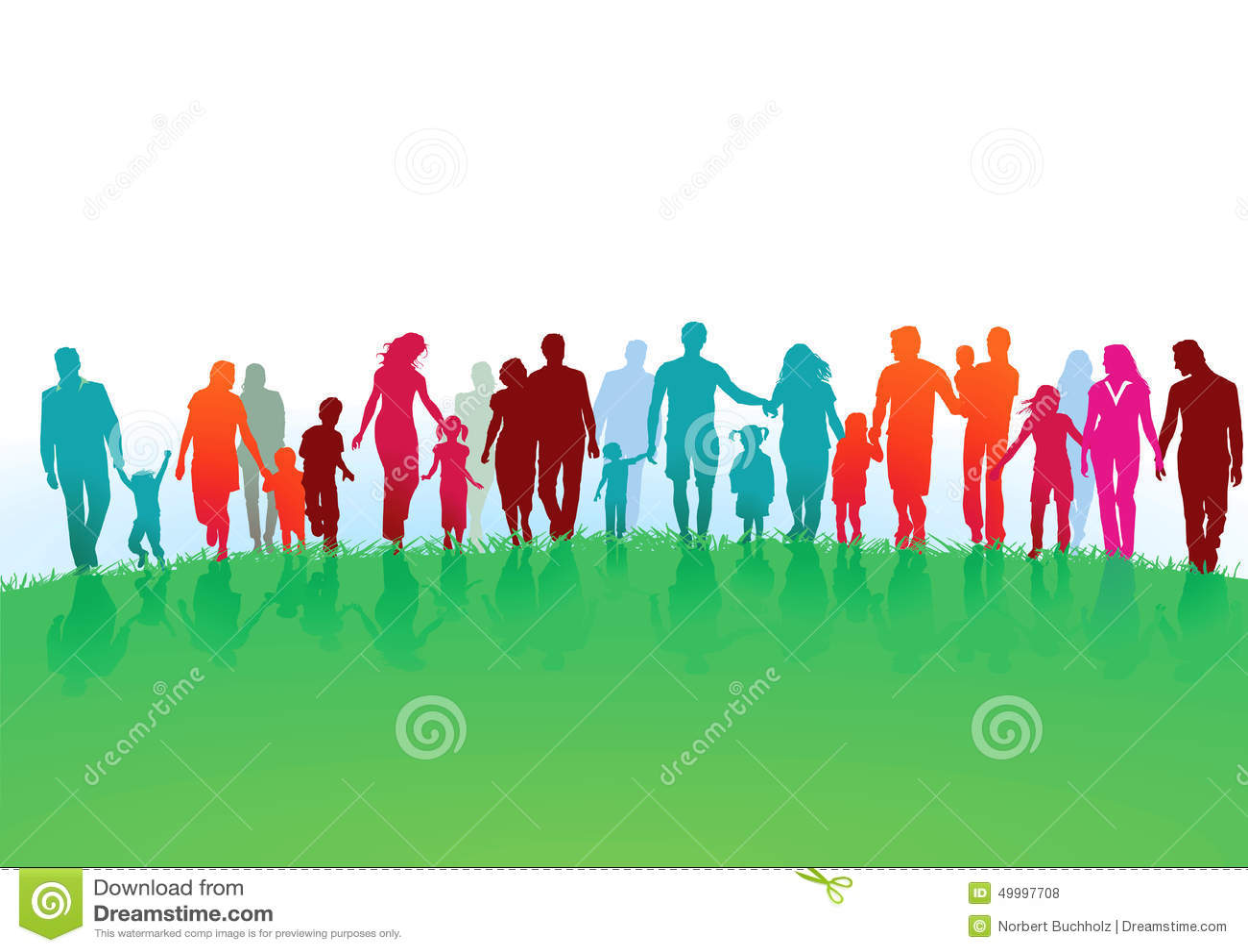 Familles marchant dans un domaine vert