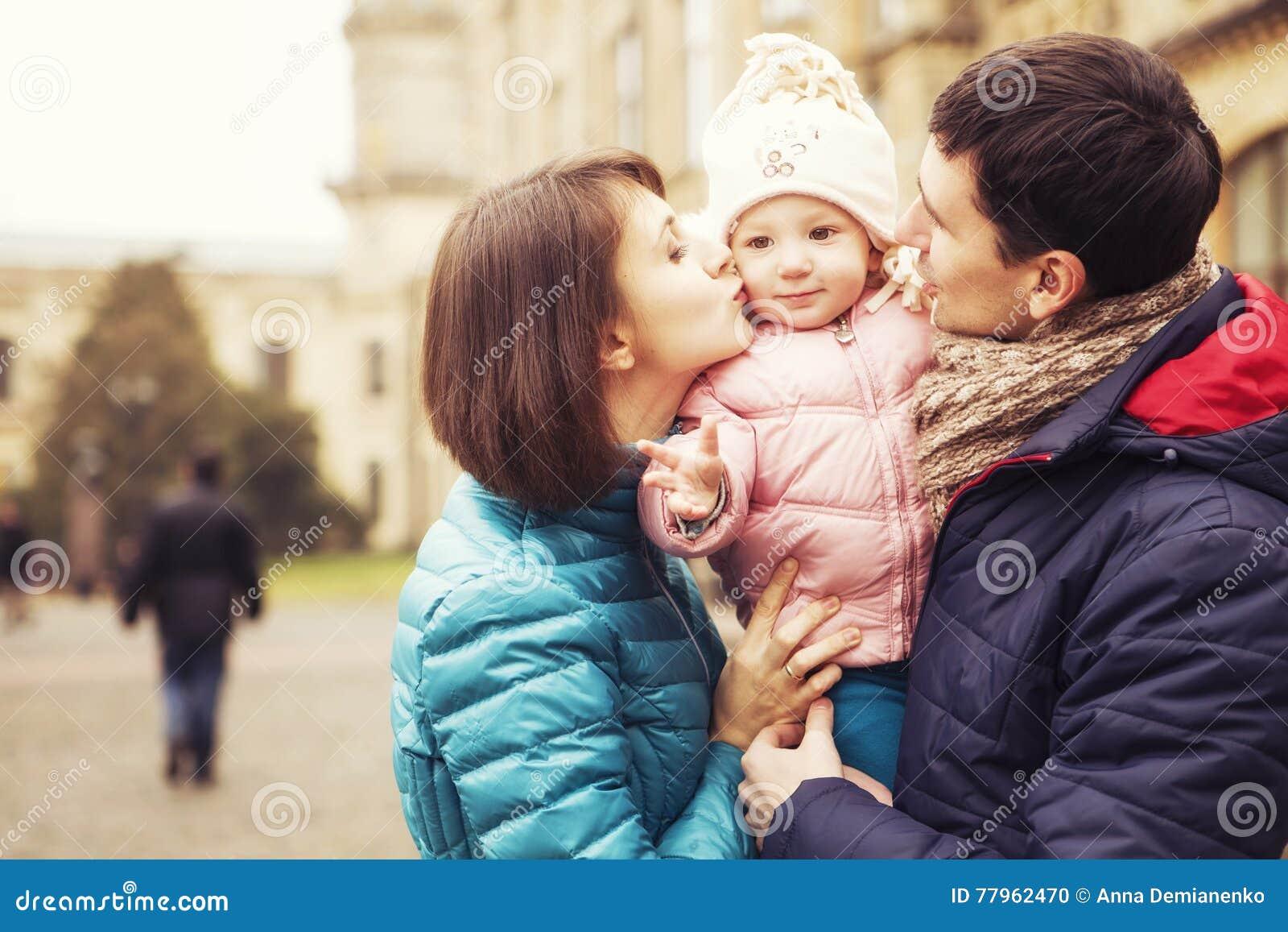 Family& amoroso felice x28; madre, padre e piccolo kid& x29 della figlia; outd