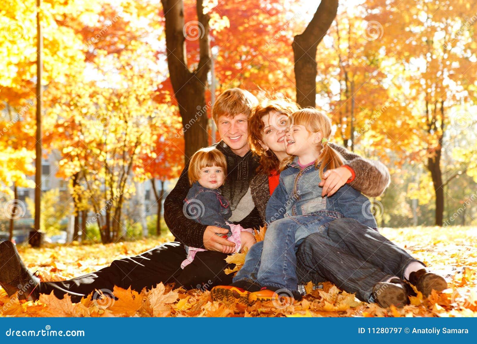 Фото семья с ребенком осень