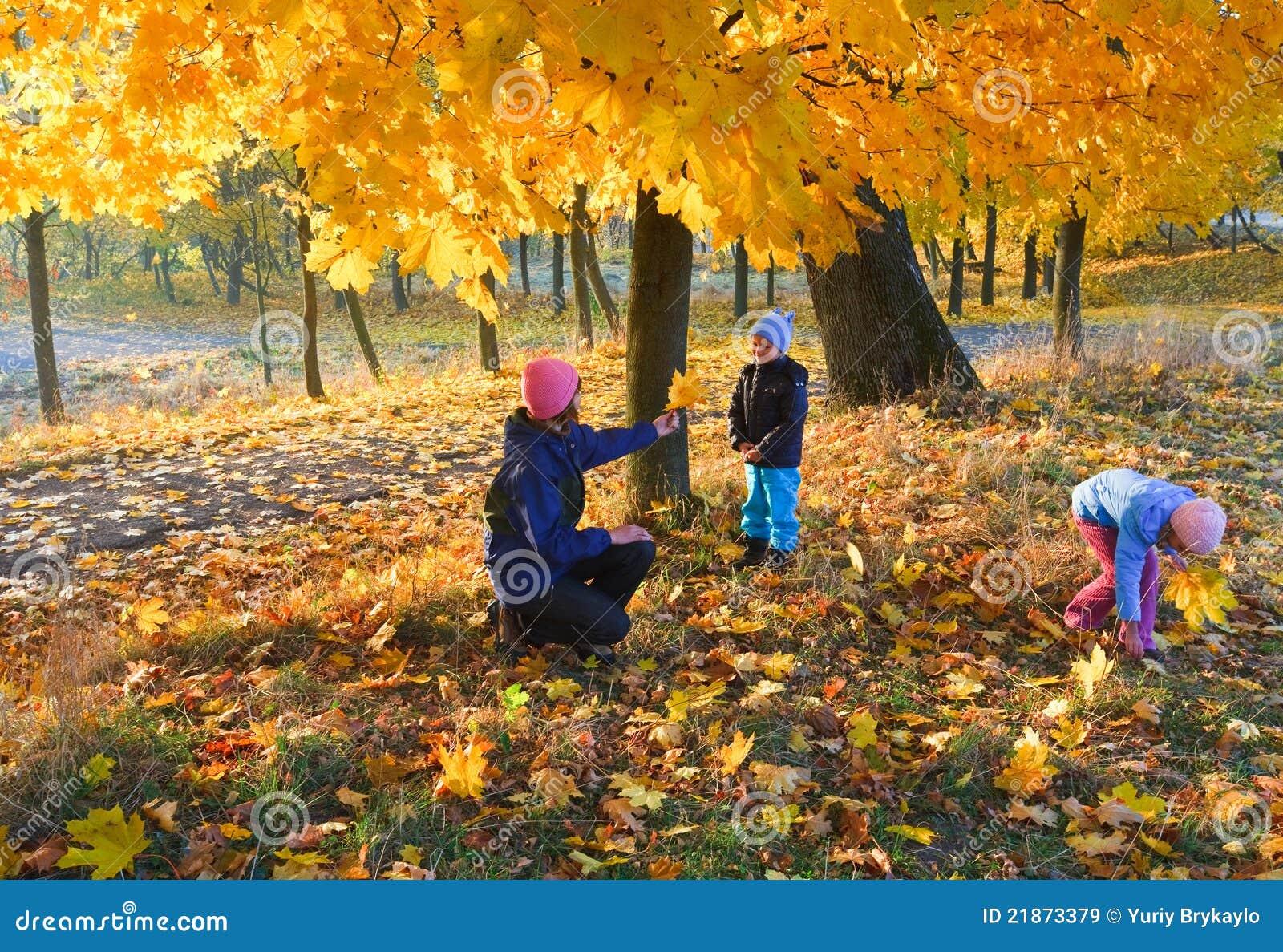 Фото дети гуляют осенью