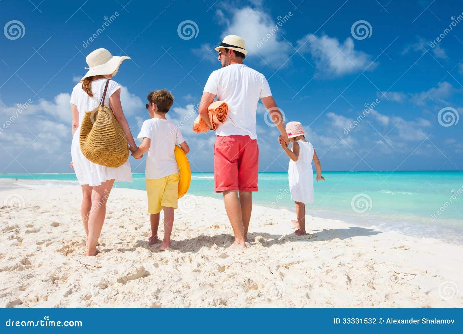 Семейный отдых на пляже фото 1 фотография