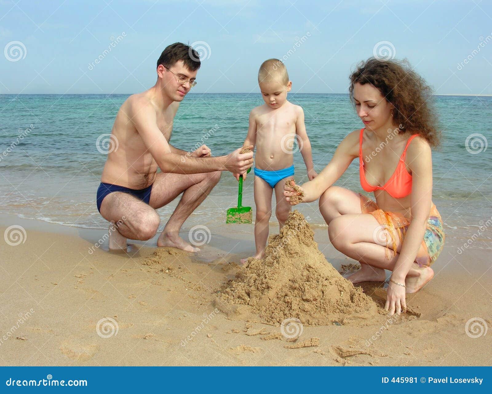 семья нудистов на пляже фото