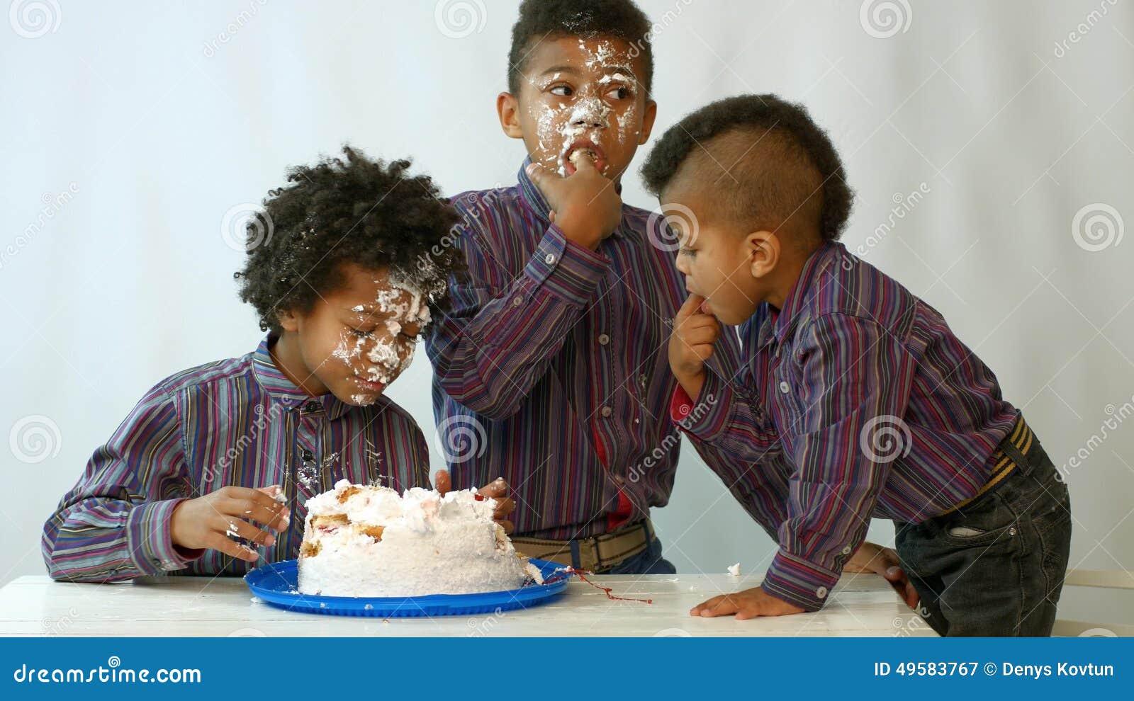 cake-eat-lick-black