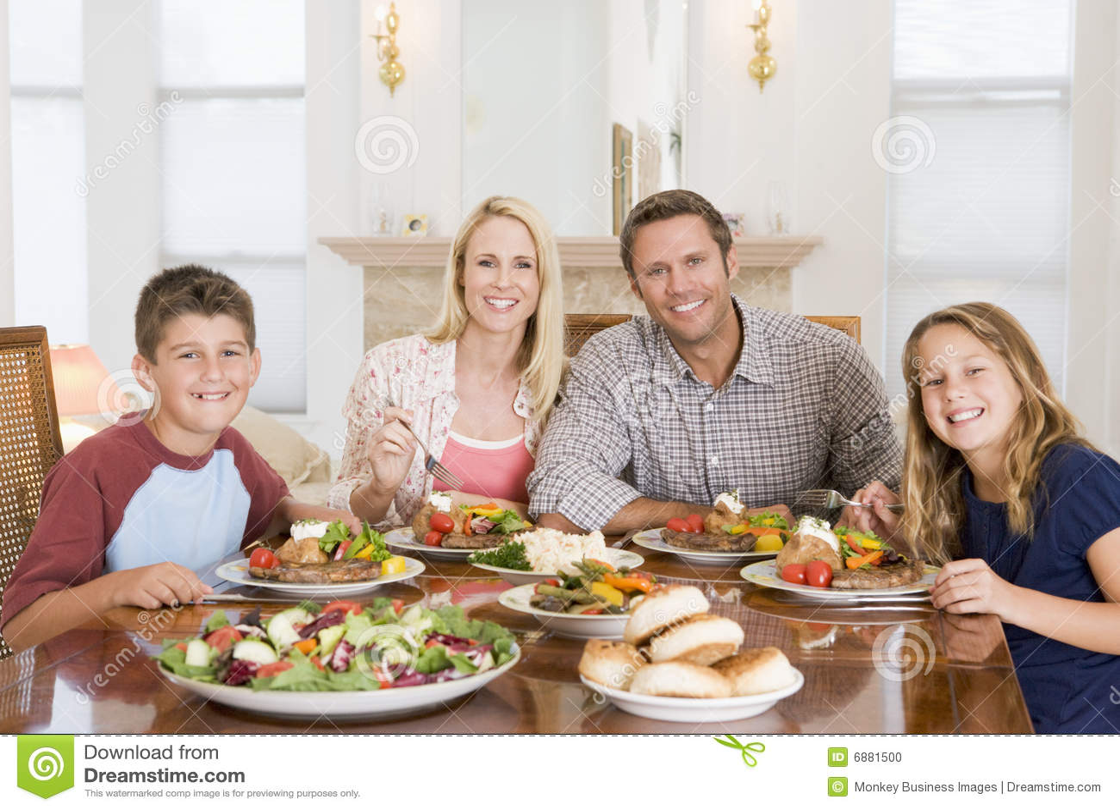 Фото семьи на кухне 3 фотография