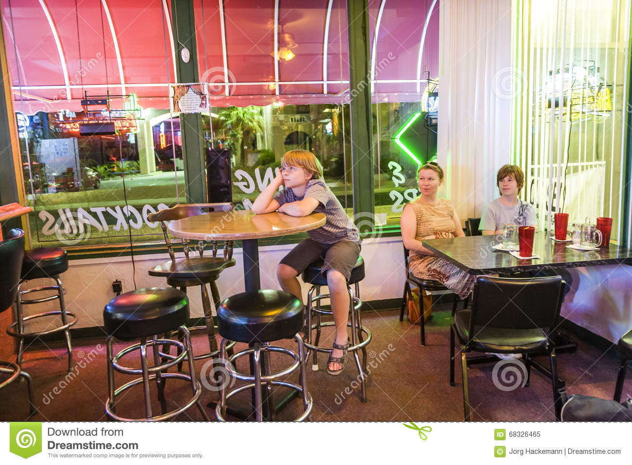 Family Enjoys The Typical Pizza Restaurant And Bar In Lake Havasu Editorial Image Image Of Woman Mother 68326465