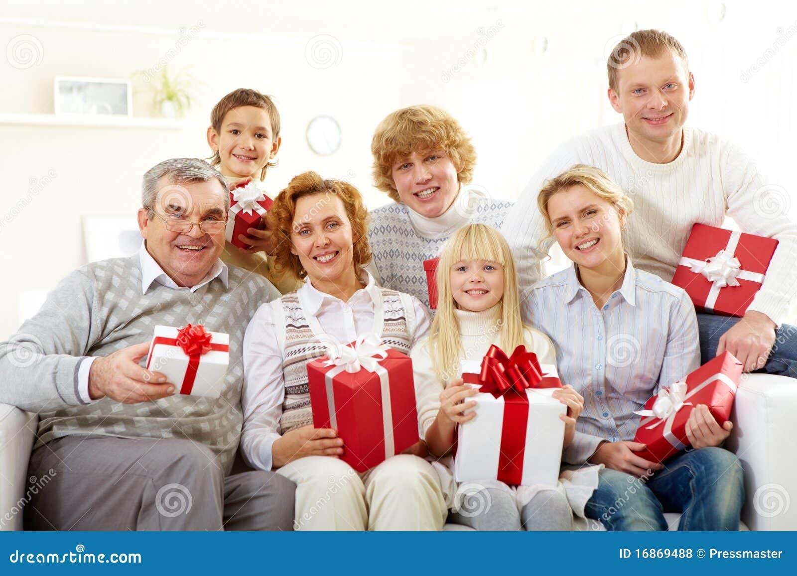 Семья с подарками фото