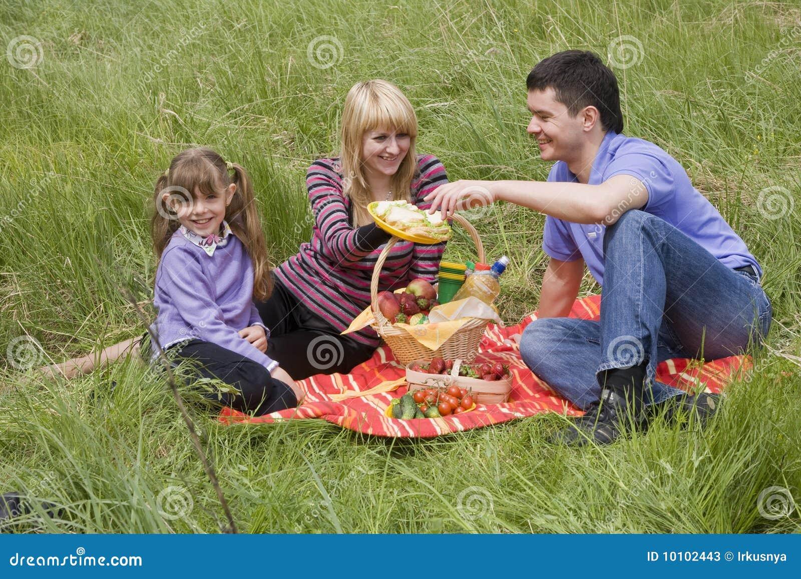 С женой на пикнике 4 фотография