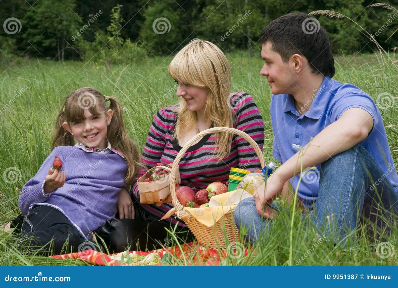 С женой на пикнике 8 фотография