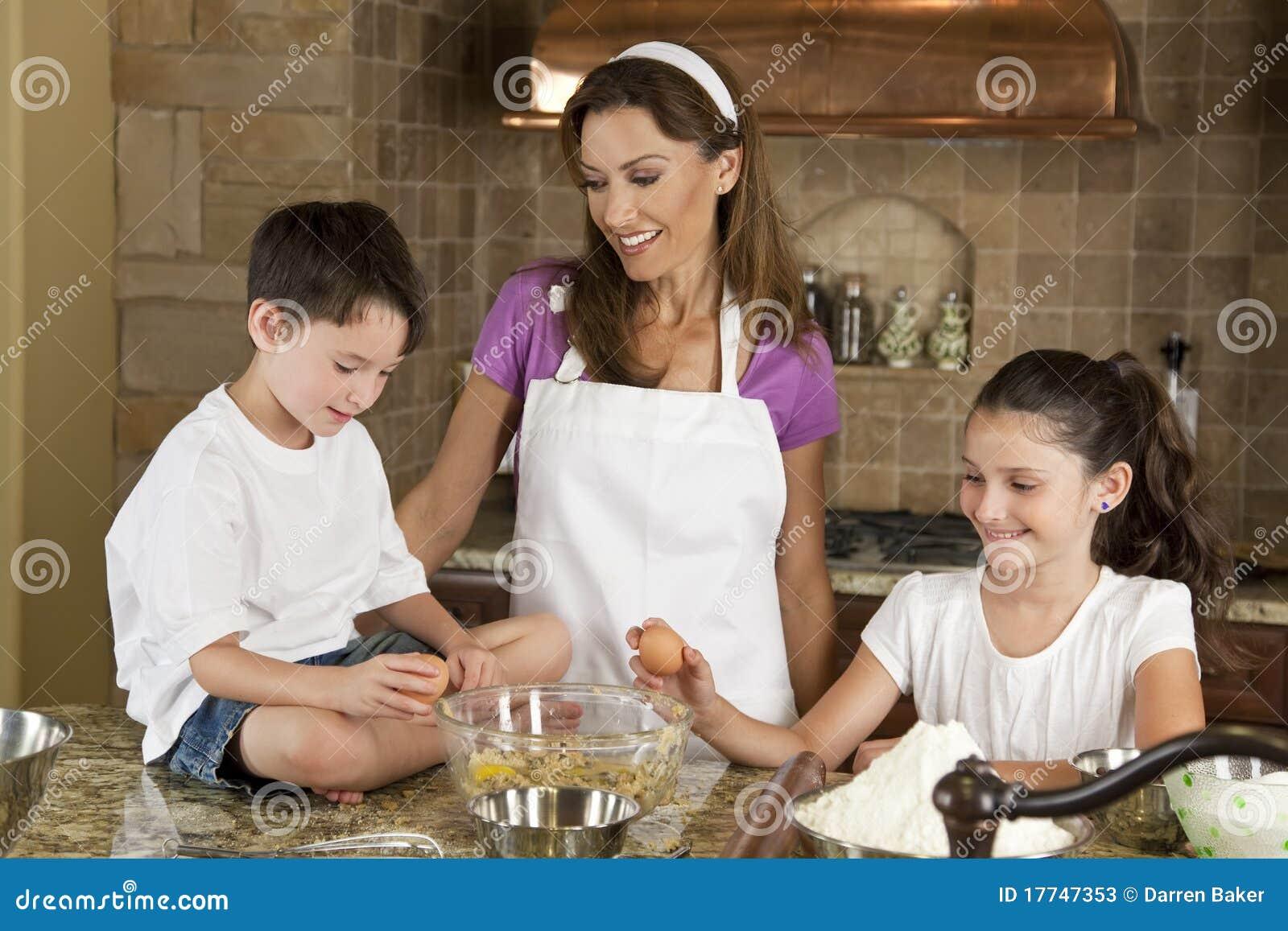 С мамкой на кухне, Мама и сын на кухне - смотреть порно онлайн или скачать 26 фотография
