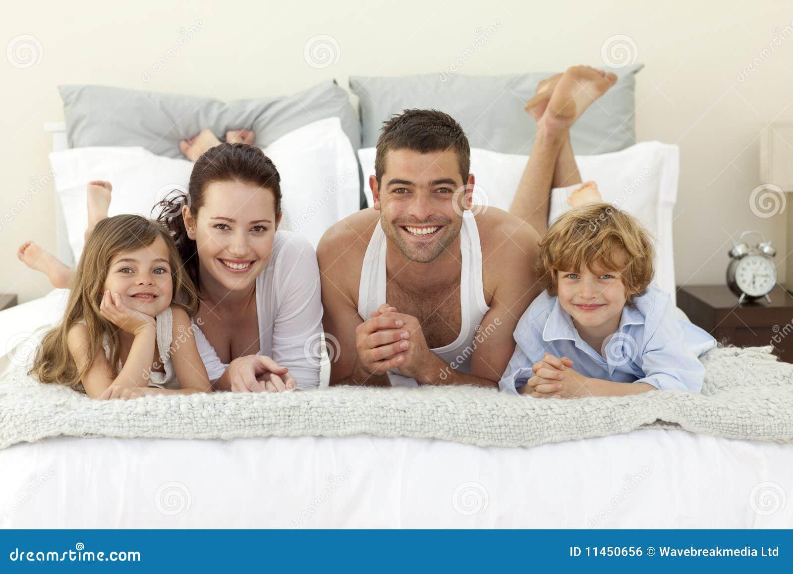 Семейное фото в постели 7 фотография