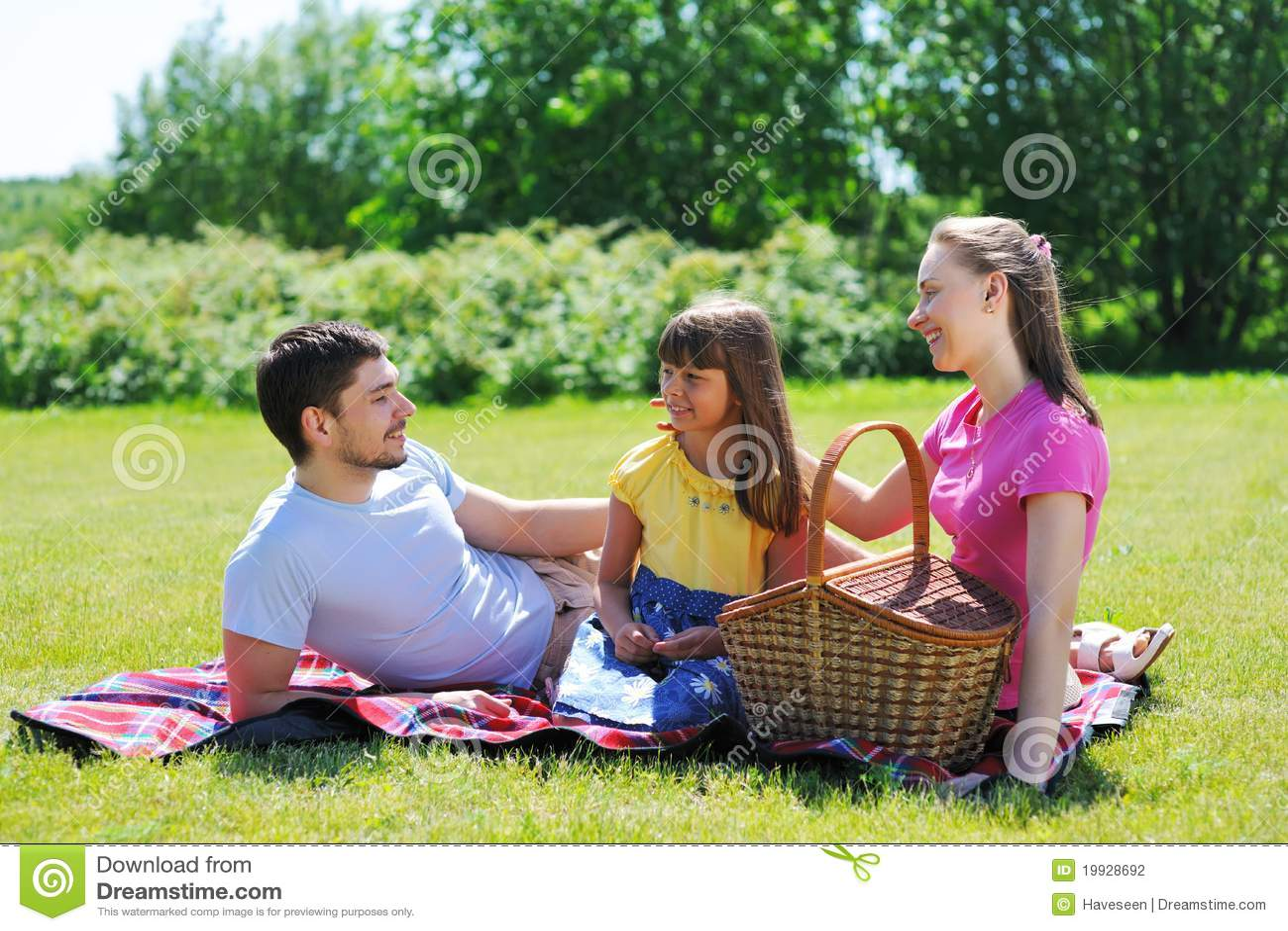С мамочками на пикнике 24 фотография