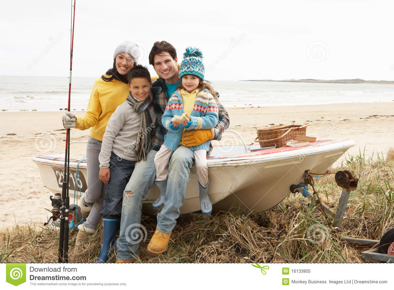 Photo family sitting on beach having fun pics stock for Best boat for fishing and family