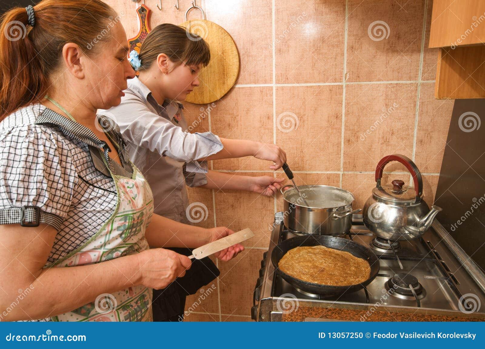 Старуха и внук на кухне 9 фотография