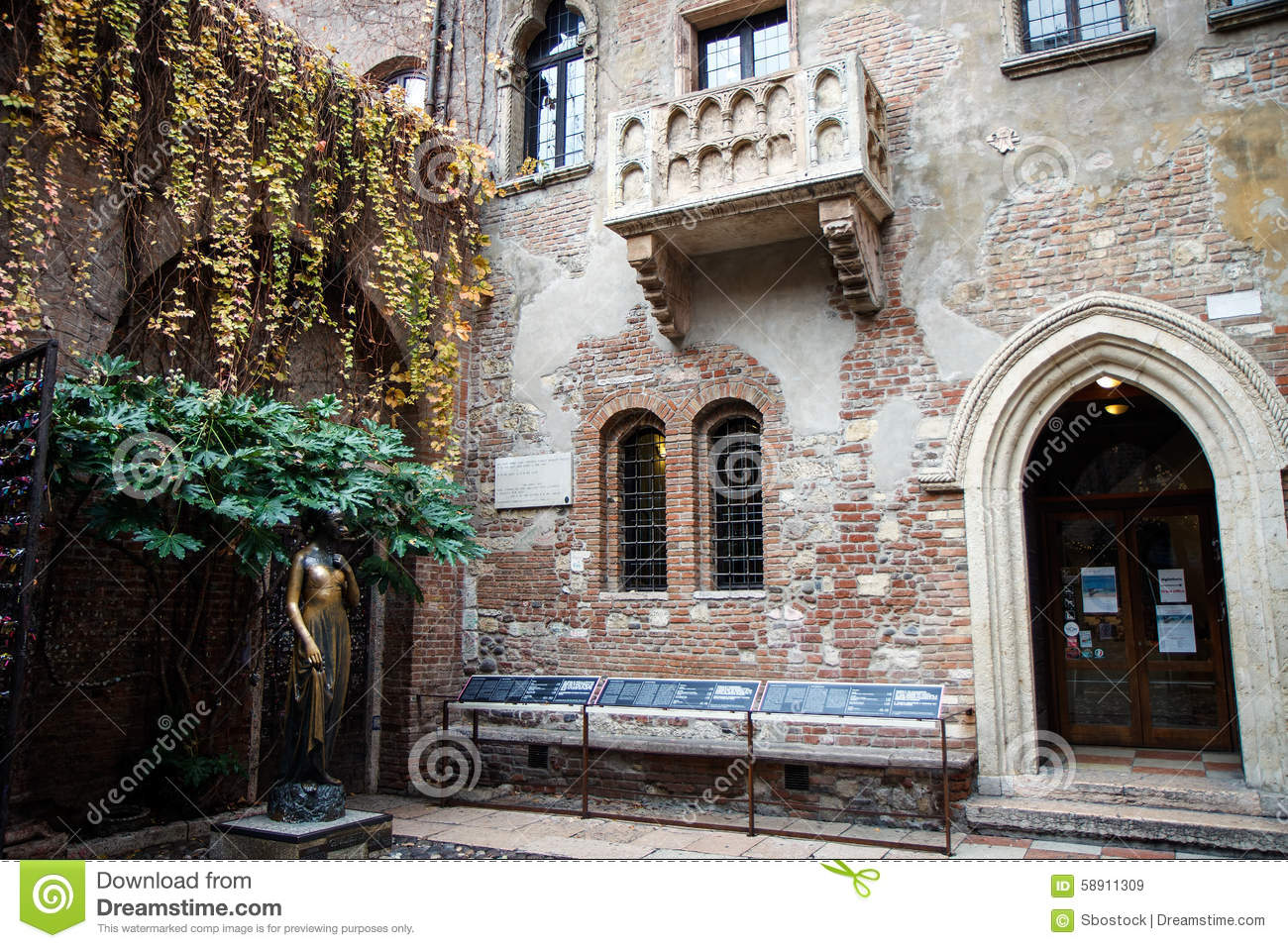 The famous balcony of juliet capulet home in verona for Famous balcony