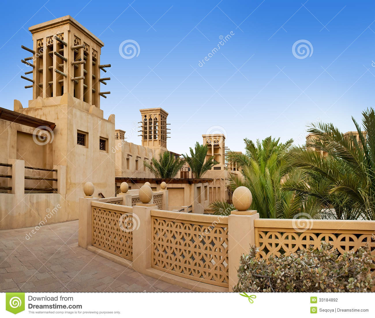 The famous hotel and tourist district of madinat jumeirah for Hotel dubai famous
