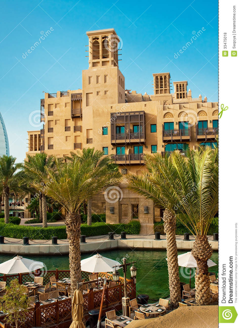 Famous hotel and tourist district of madinat jumeirah for The famous hotel in dubai