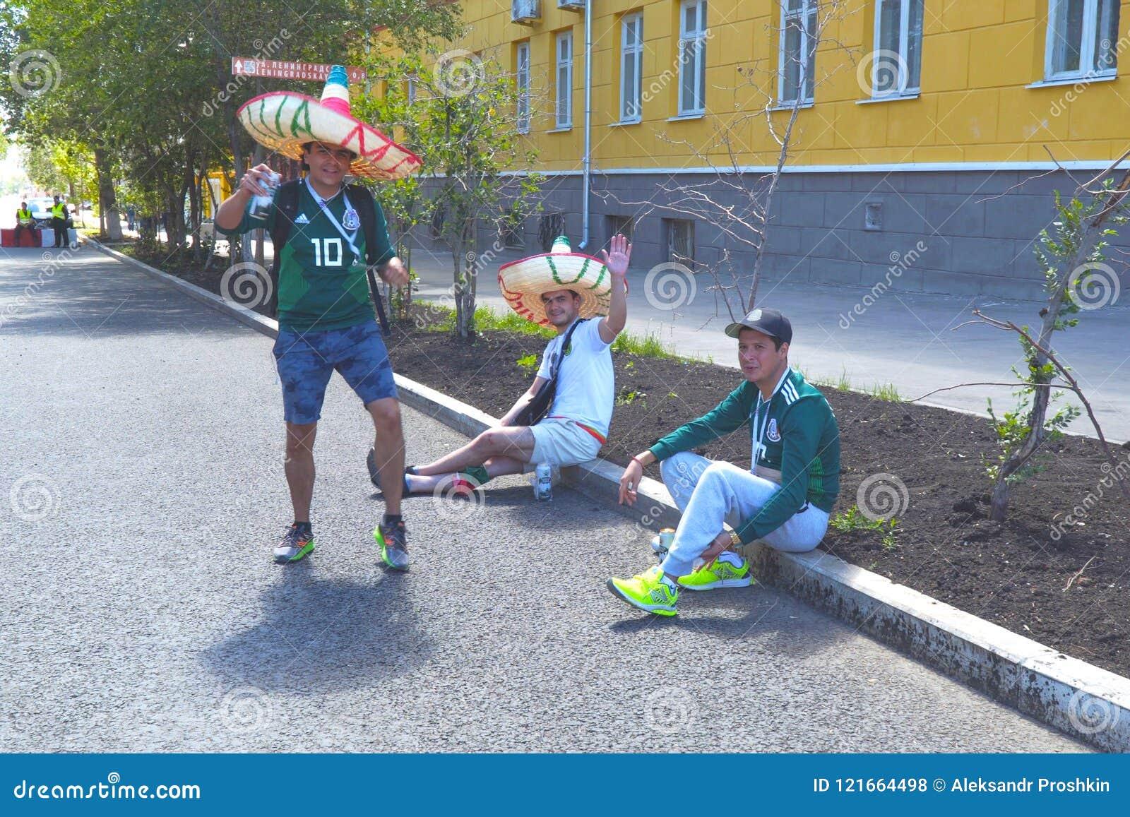 Fanáticos del fútbol mexicanos en las calles del Samara