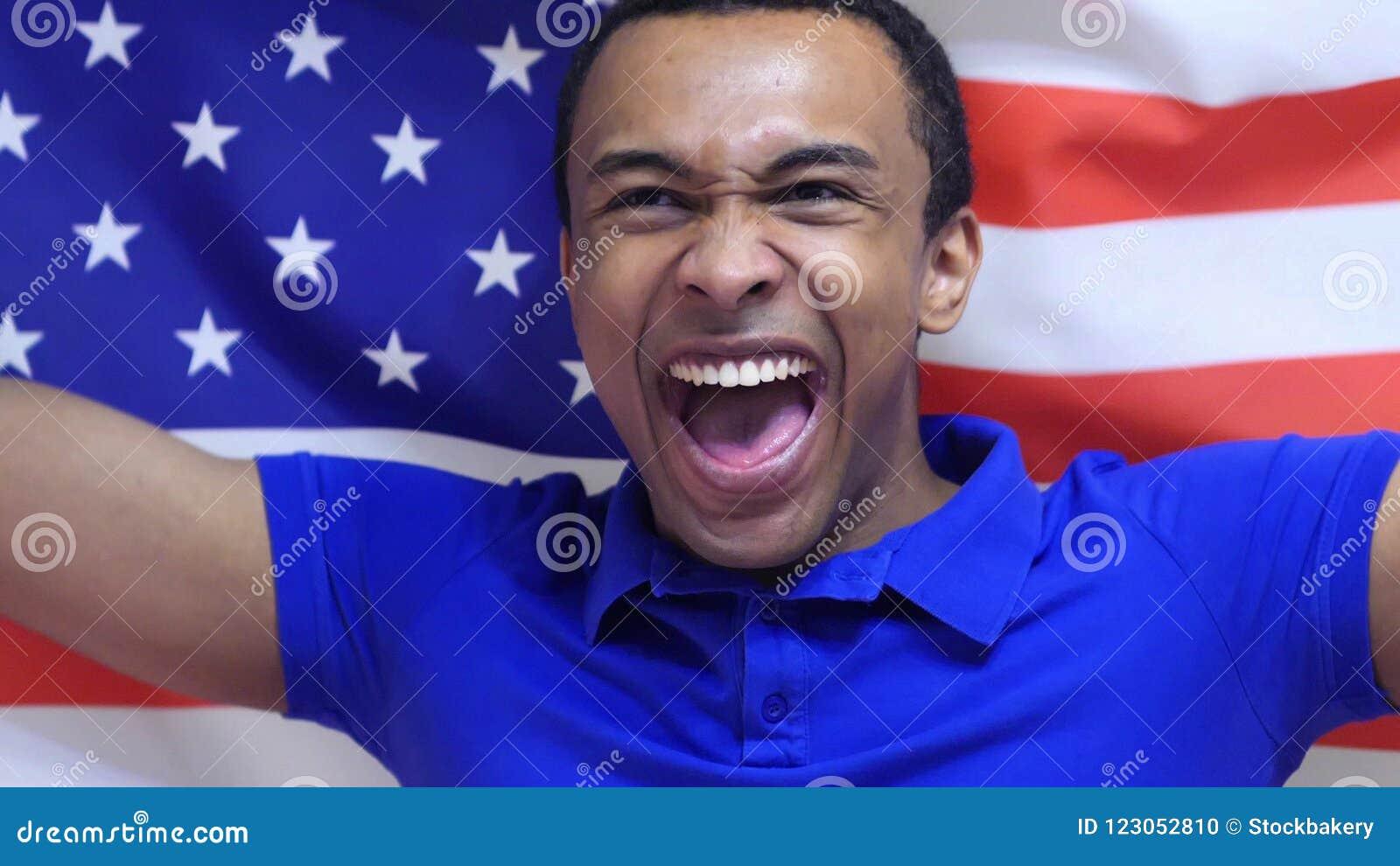 Fan americana Celebrates que celebra la bandera de los E.E.U.U. en la cámara lenta